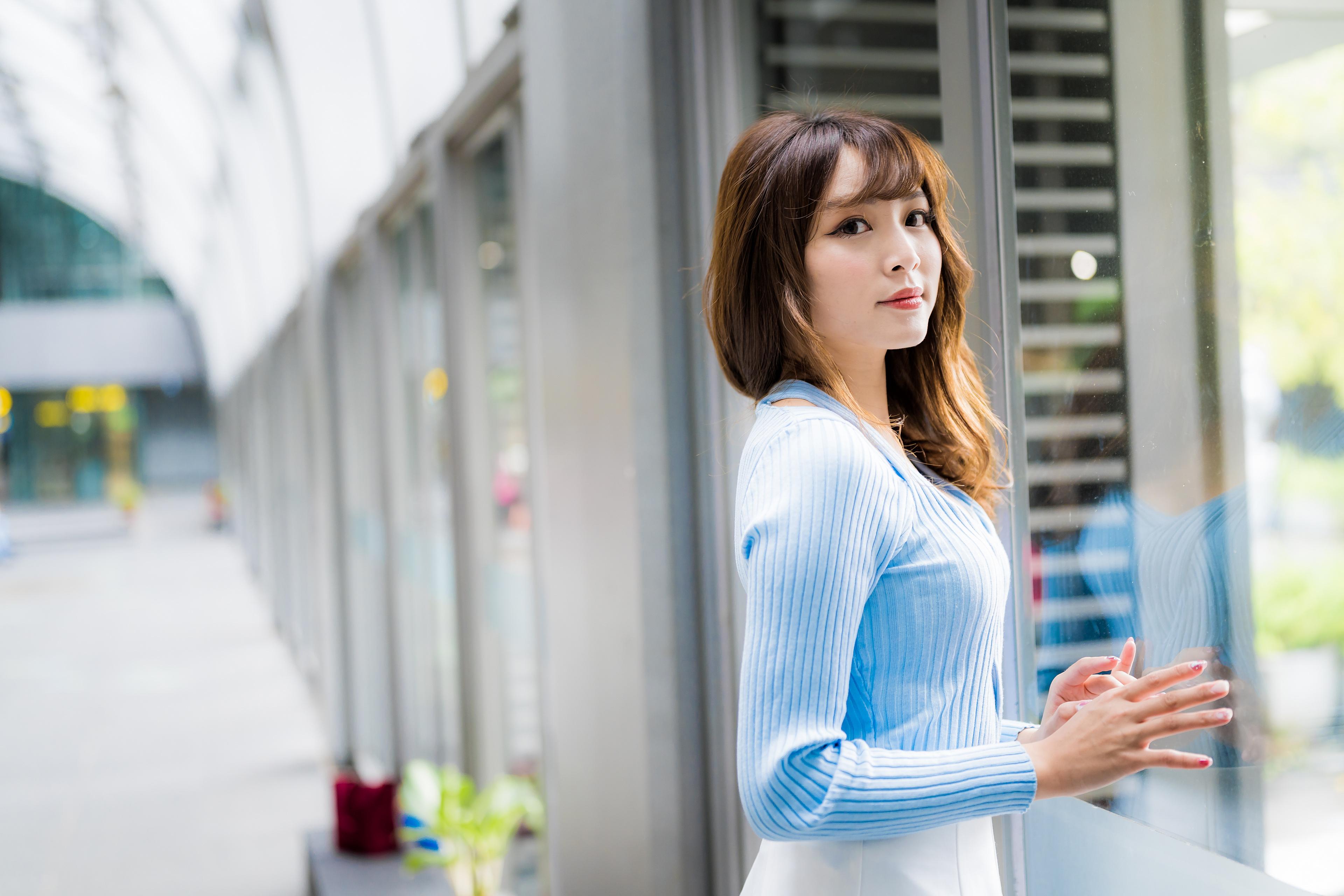 Bilder von Braune Haare Bokeh junge frau asiatisches Starren Braunhaarige unscharfer Hintergrund Mädchens junge Frauen Asiaten Asiatische Blick