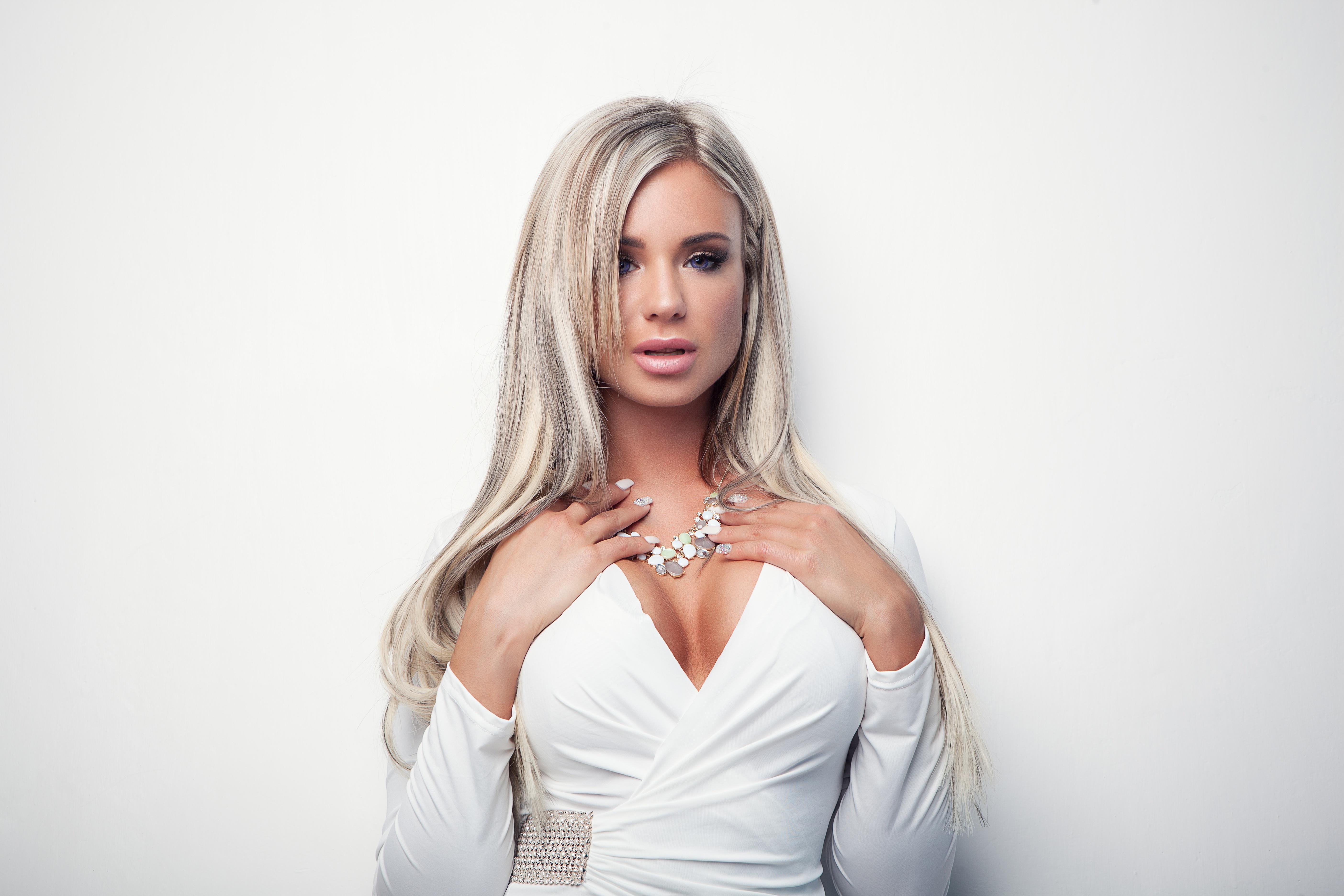 Bilder von Ashley Bulgari Blondine dekolletee Weiß junge frau Hand Starren Grauer Hintergrund Kleid Blond Mädchen Dekolleté Mädchens junge Frauen Blick