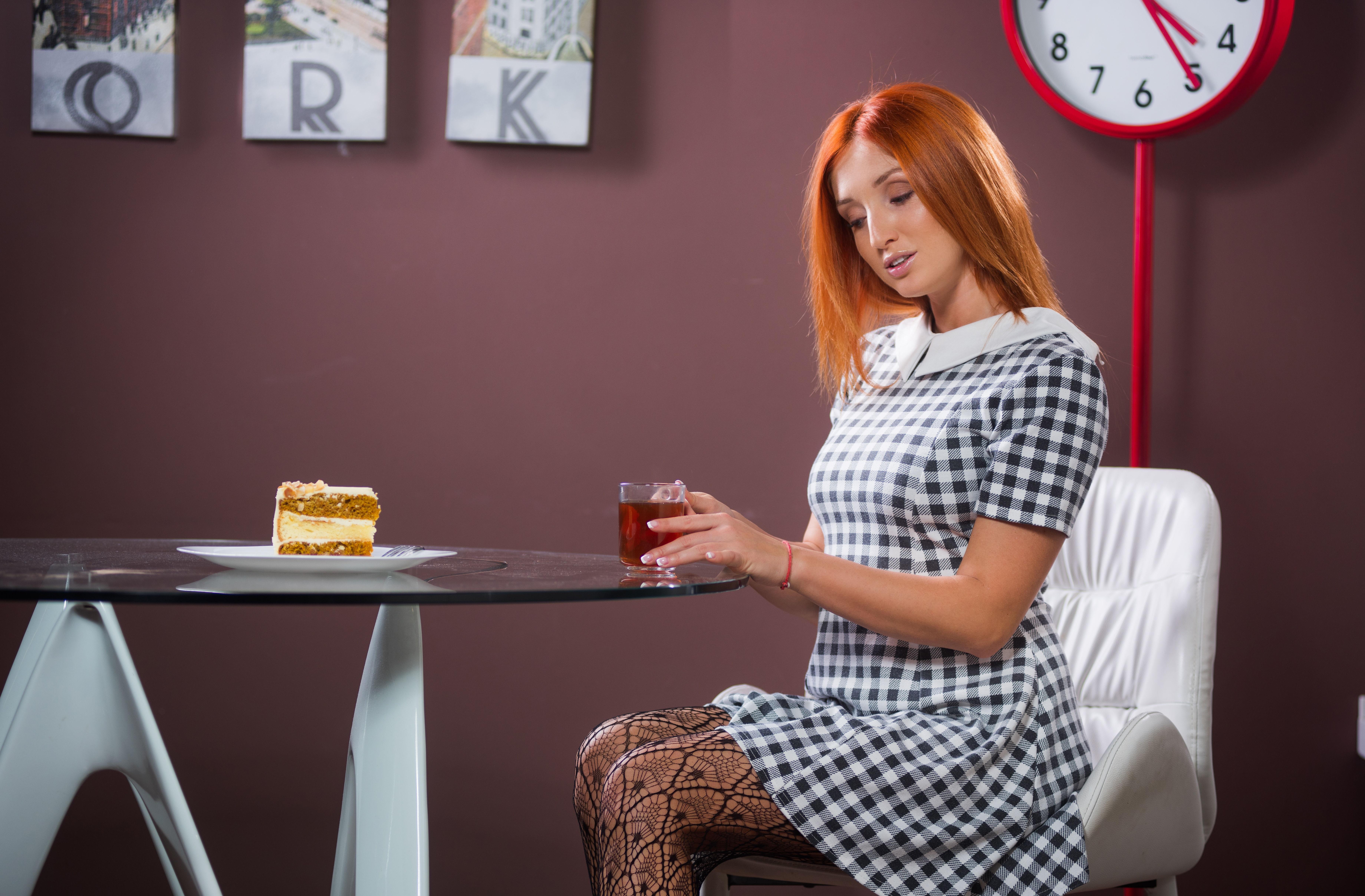 Fotos Rotschopf Tee Mädchens Frühstück Tisch Sitzend Törtchen Kleid 7360x4832