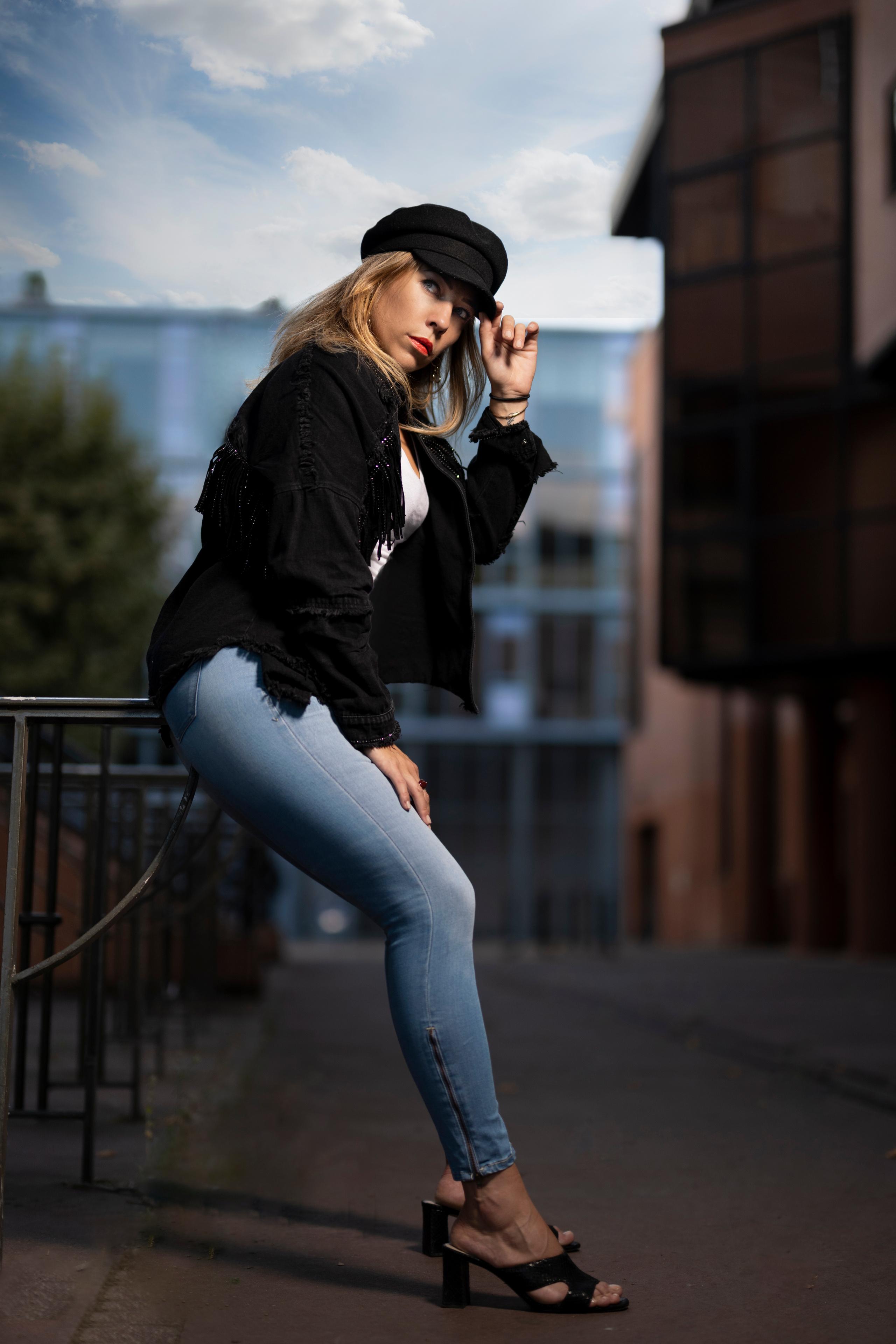 Fotos von Blondine Aurelia Pose Mädchens Jeans Blick baseballmütze  für Handy Blond Mädchen posiert junge frau junge Frauen Starren Baseballcap baseballkappe