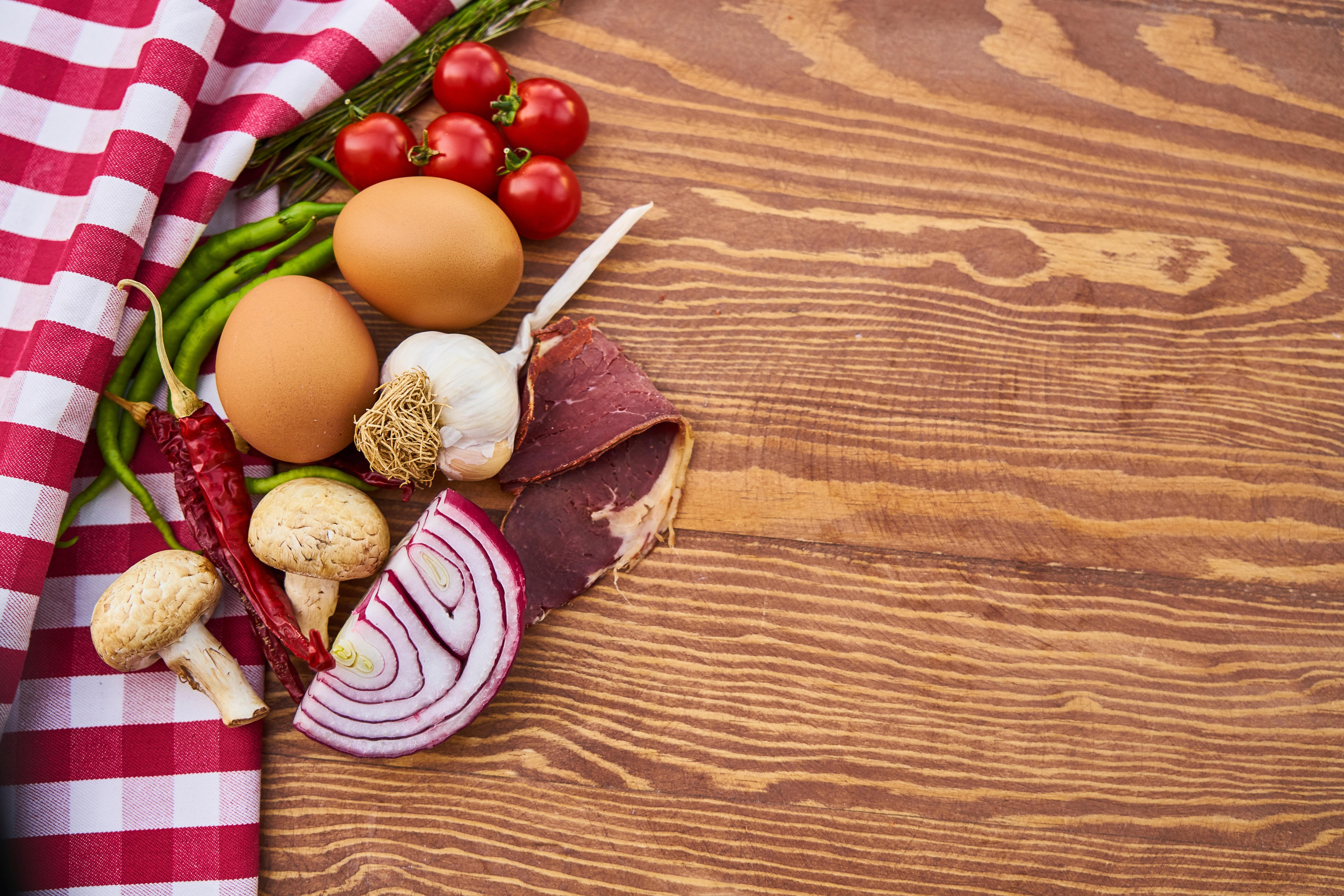 Bilder von Spargel eier Tomate Zwiebel Chili Pfeffer Pilze Schinken Knoblauch Lebensmittel Ei Tomaten das Essen