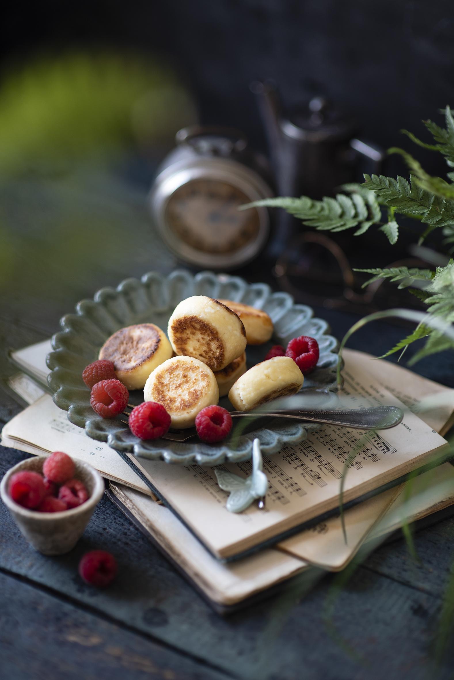 Desktop Hintergrundbilder Syrniki Himbeeren Bücher das Essen Bretter  für Handy Buch Lebensmittel