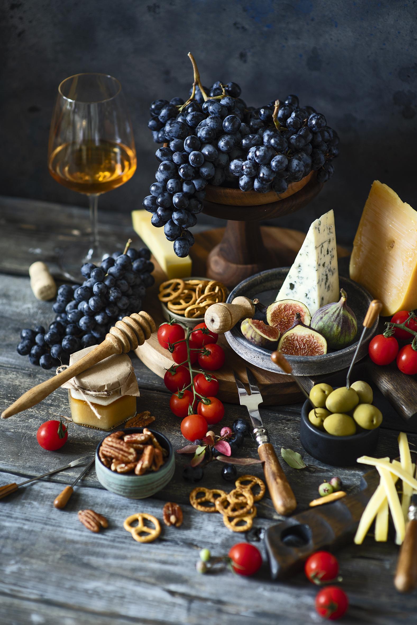 Bilder Wein Oliven Tomaten Echte Feige Käse Weckglas Weintraube Weinglas das Essen Backware Stillleben Schalenobst Bretter  für Handy Tomate Trauben Einweckglas Lebensmittel Nussfrüchte