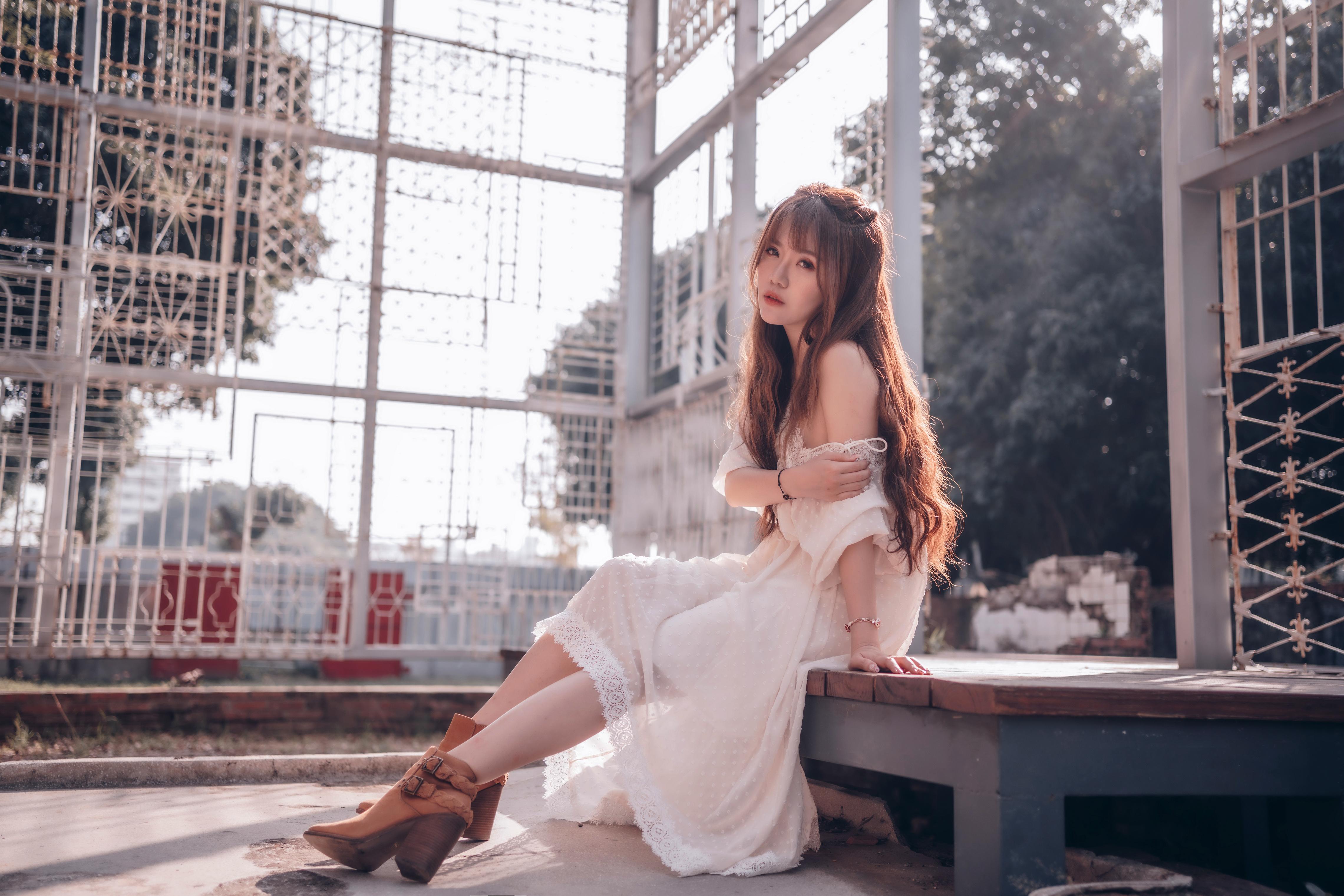 Foton Brunhårig tjej Unga kvinnor Asiater Sitter Klänning ung kvinna asiatisk