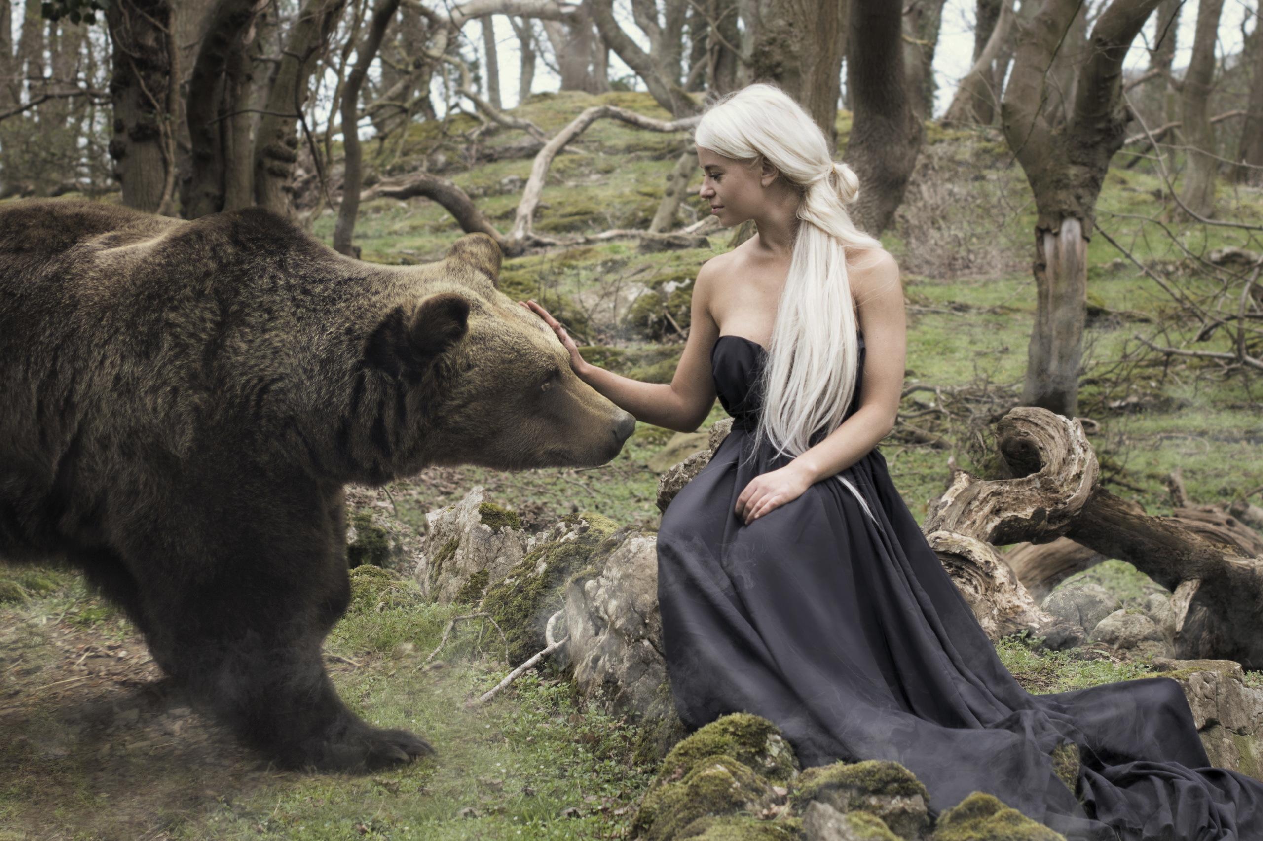 Bakgrunnsbilder til skrivebordet Brunbjørn bjørn Blond jente ung kvinne Sitter Dyr Blonde Bjørner Unge kvinner