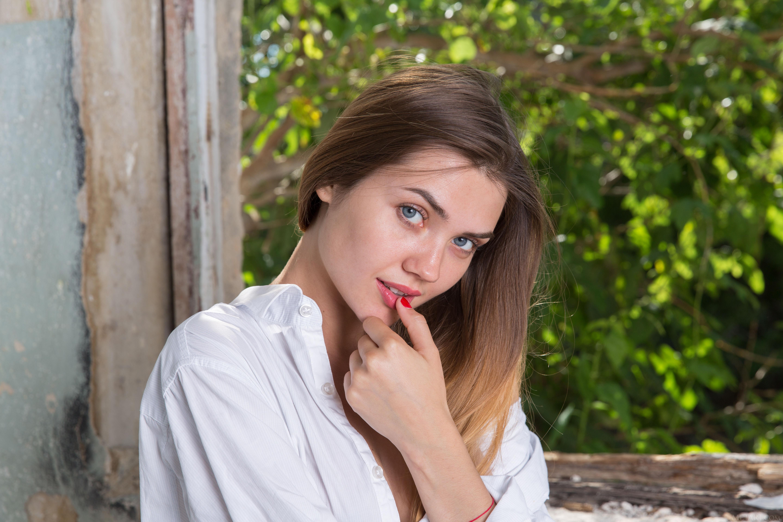 Desktop Wallpapers Polina Kadynskaya, Georgia Brown haired female Hands Staring Girls young woman Glance