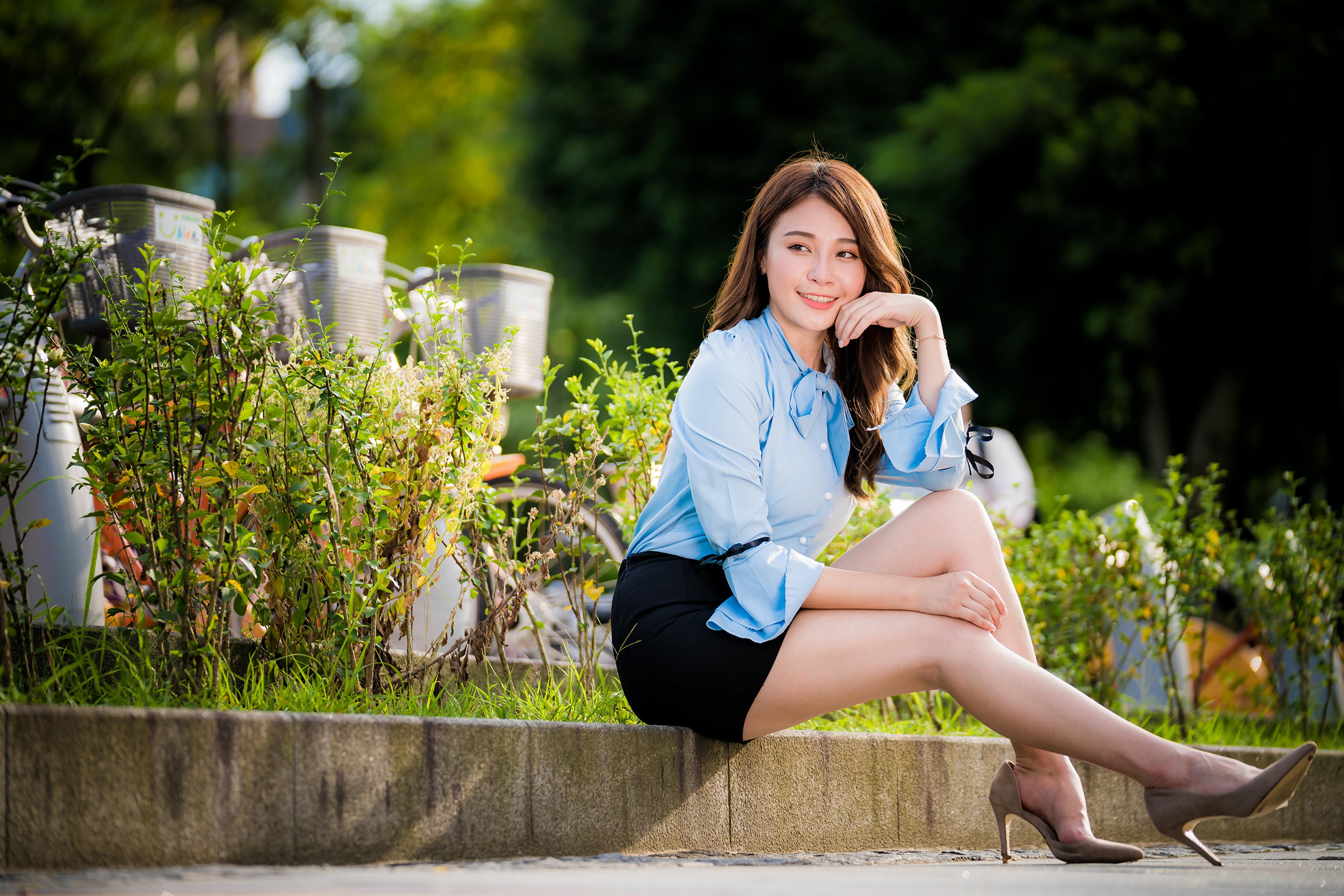 Фотографии Юбка Блузка девушка Ноги азиатки сидя смотрит 3840x2561 юбки юбке Девушки молодая женщина молодые женщины ног Азиаты азиатка Сидит сидящие Взгляд смотрят
