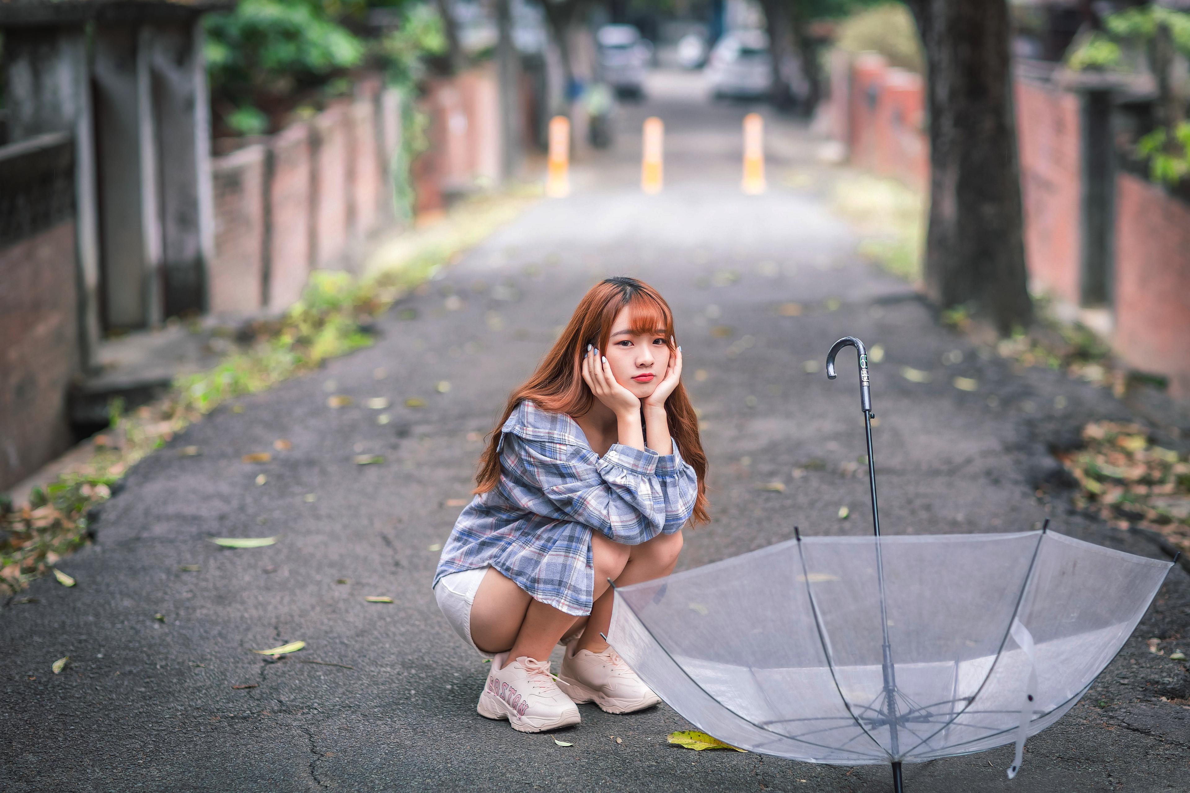 3840x2560 Asiatique S'asseyant Parapluie Bokeh jeune femme, jeunes femmes, asiatiques, assise, assis, assises, arrière-plan flou Filles