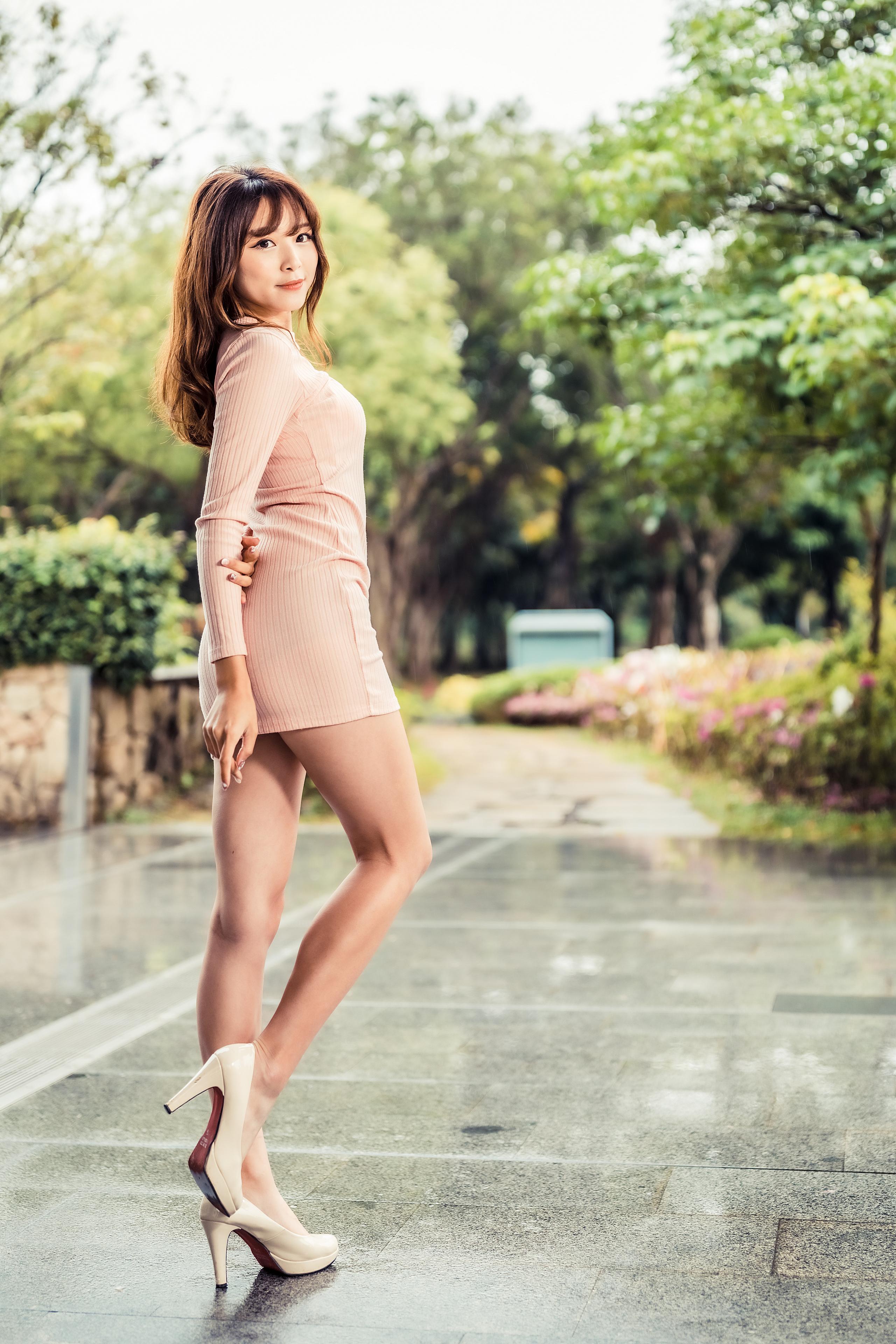 Foto Braune Haare posiert Mädchens Bein asiatisches Starren Kleid High Heels  für Handy Braunhaarige Pose junge frau junge Frauen Asiaten Asiatische Blick Stöckelschuh