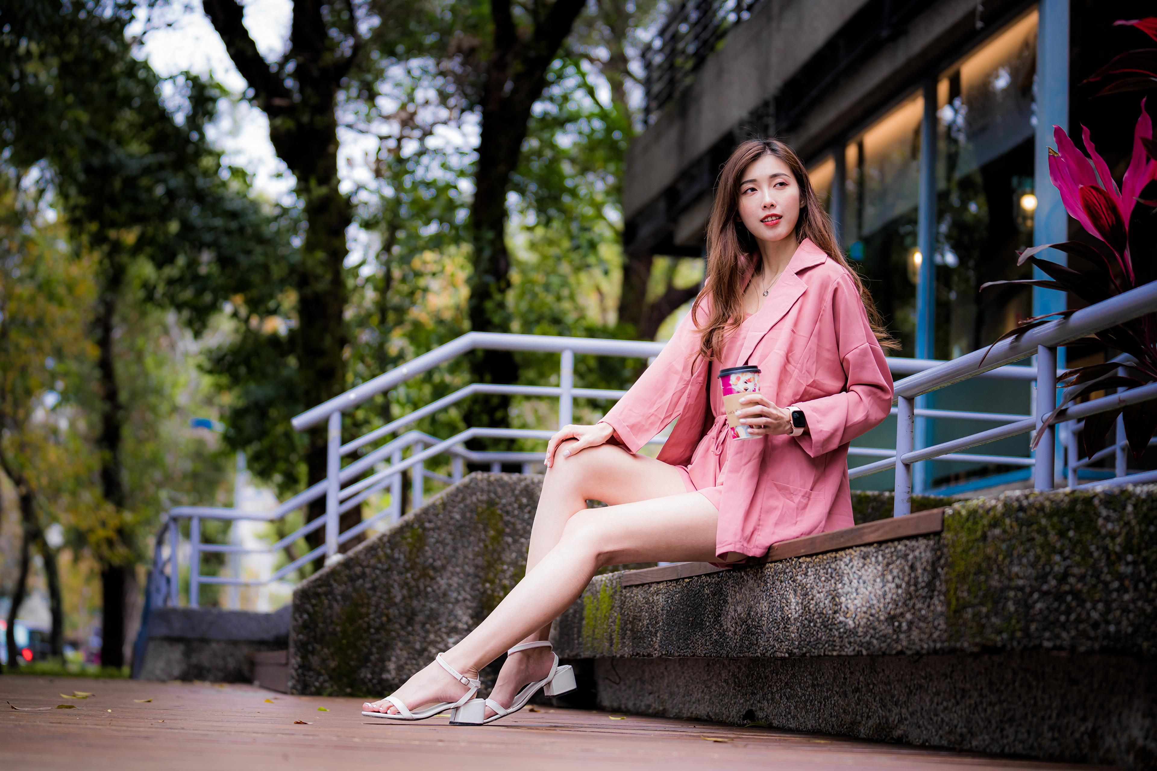 Foto Jonge vrouwen Benen Aziaten Zitten Kijkt jonge vrouw aziatisch zittend