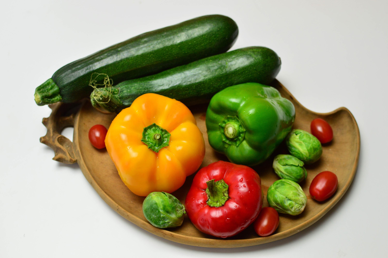 Desktop Hintergrundbilder Tomate Zucchini Gemüse Paprika Lebensmittel Grauer Hintergrund 3000x1995 Tomaten das Essen