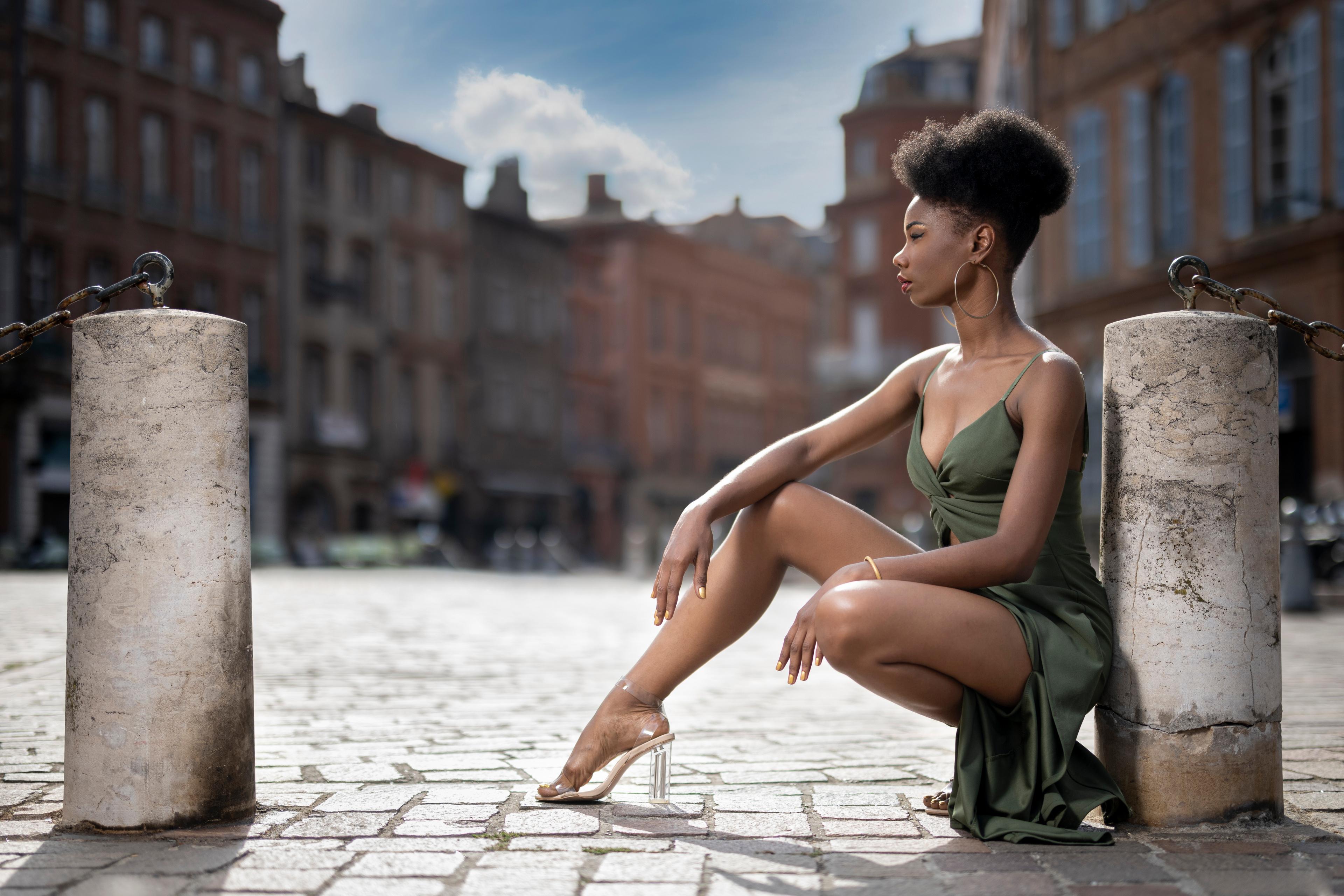 Fotos von Mary Pose Neger Mädchens Bein sitzt Kleid 3840x2560 posiert junge frau junge Frauen sitzen Sitzend