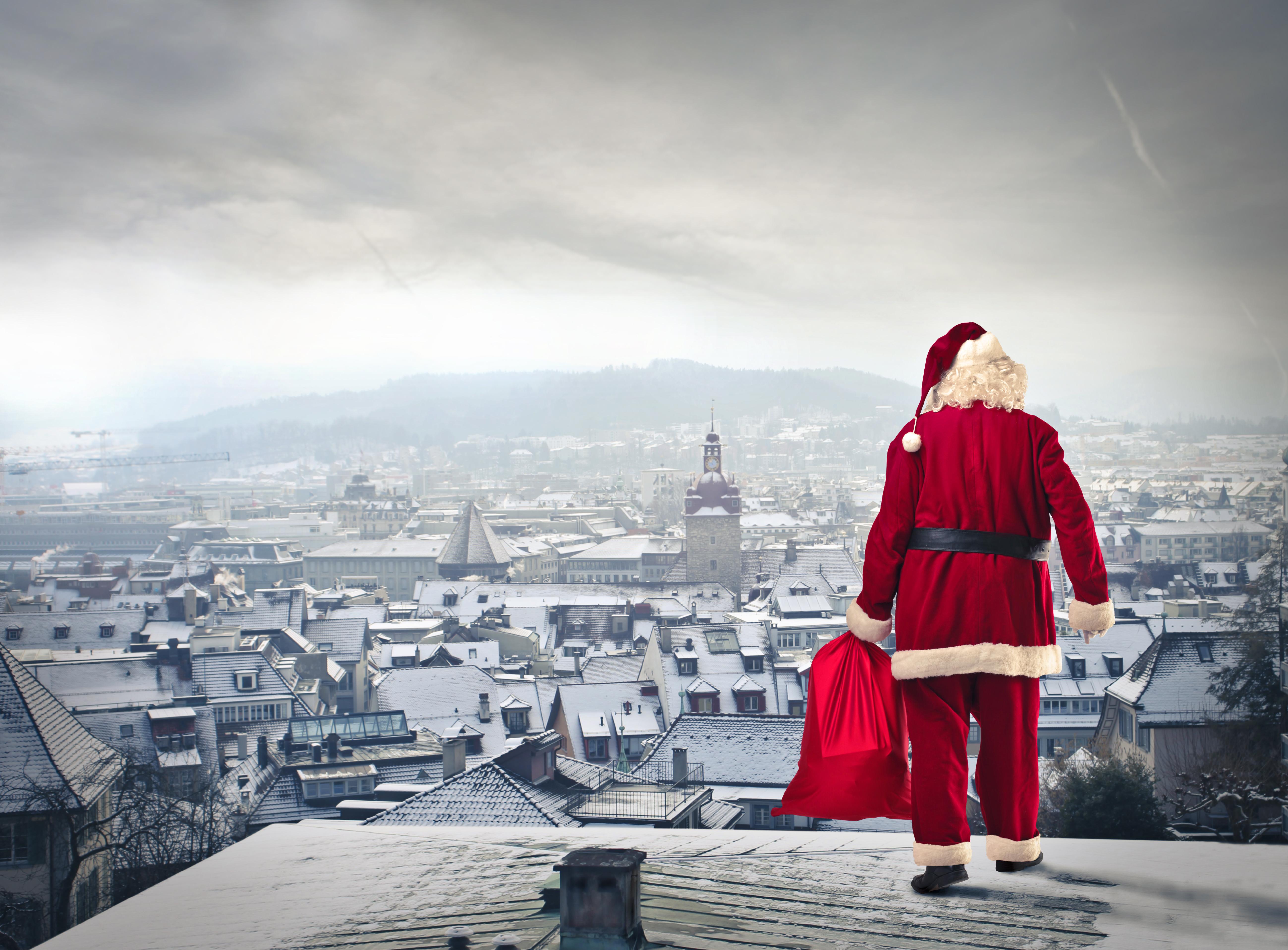 fotos neujahr weihnachtsmann schnee geschenke haus 5198x3836