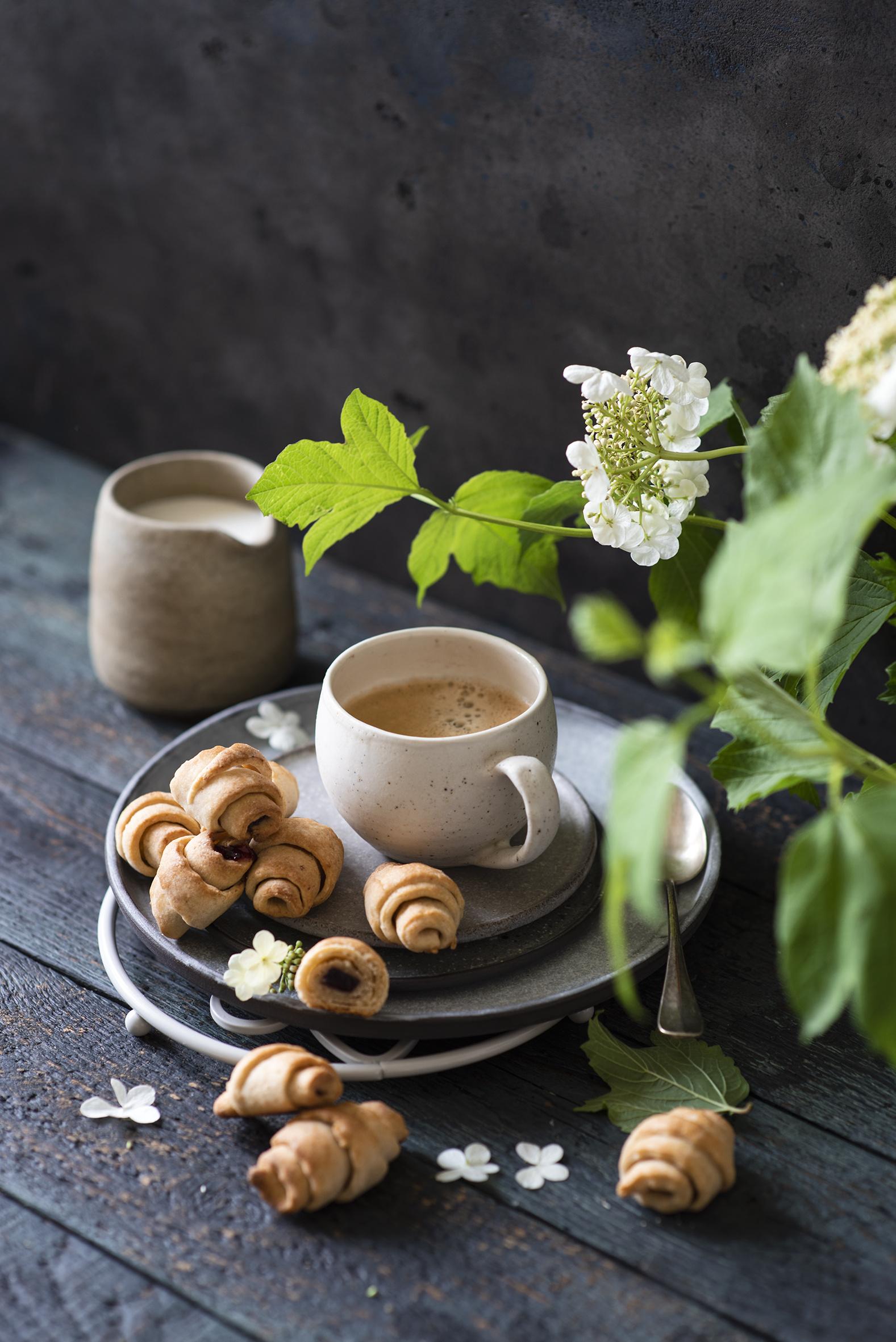 Bilder Kaffee Croissant Cappuccino Ast Tasse Lebensmittel Bretter  für Handy das Essen