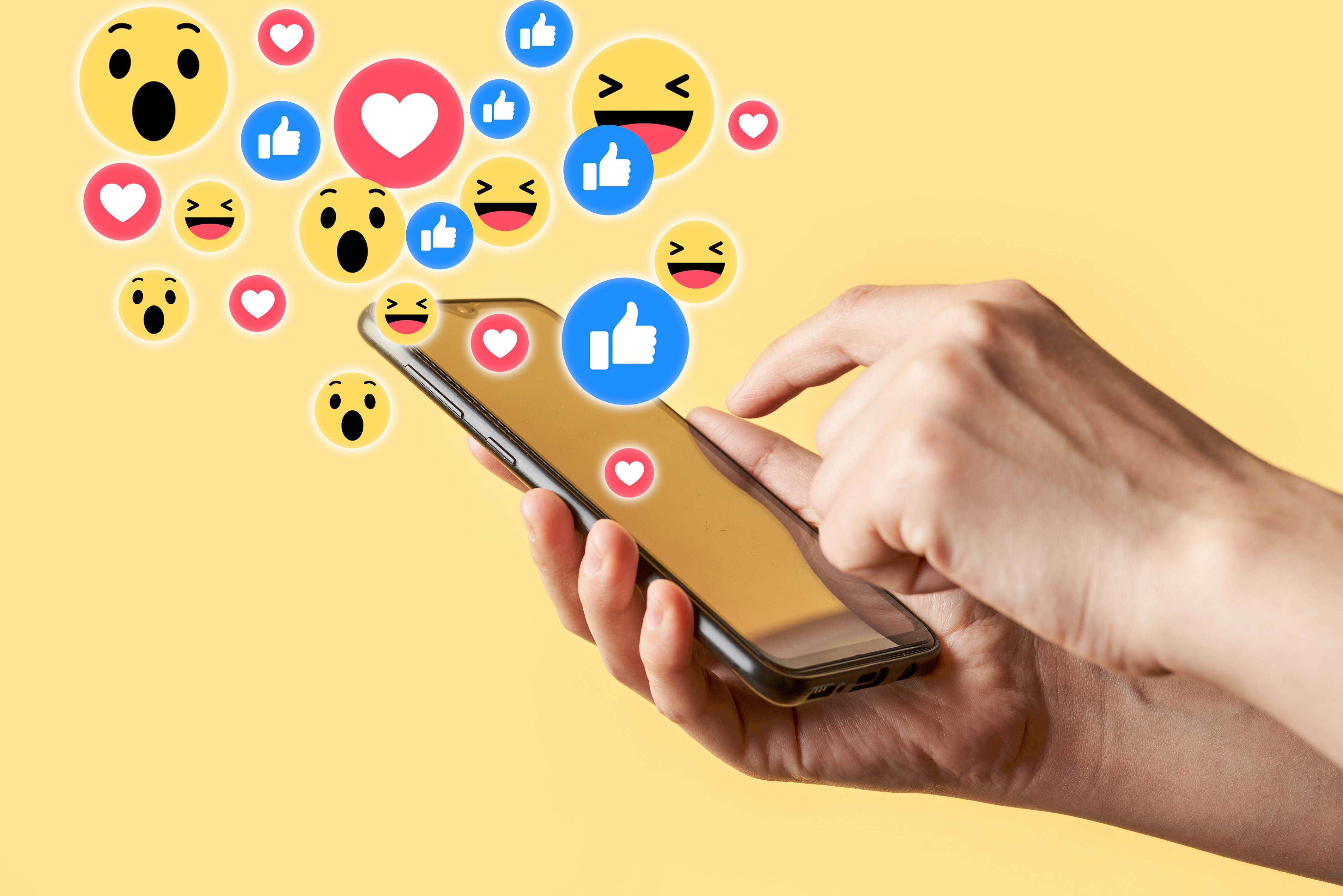 Smilies Smartphone Arrière-plan coloré Main smartphones
