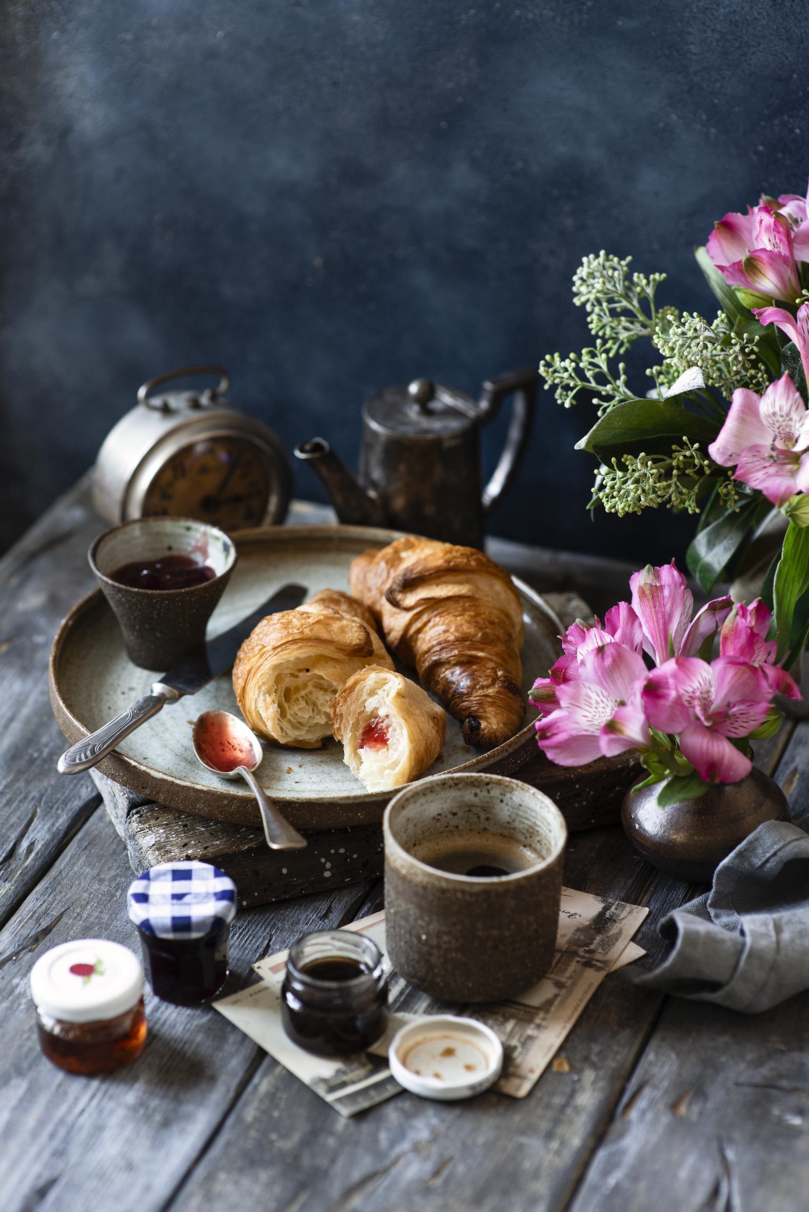 Fotos Kaffee Croissant Marmelade Weckglas Alstroemeria Vase Becher das Essen Stillleben Bretter  für Handy Warenje Konfitüre Inkalilien Einweckglas Lebensmittel