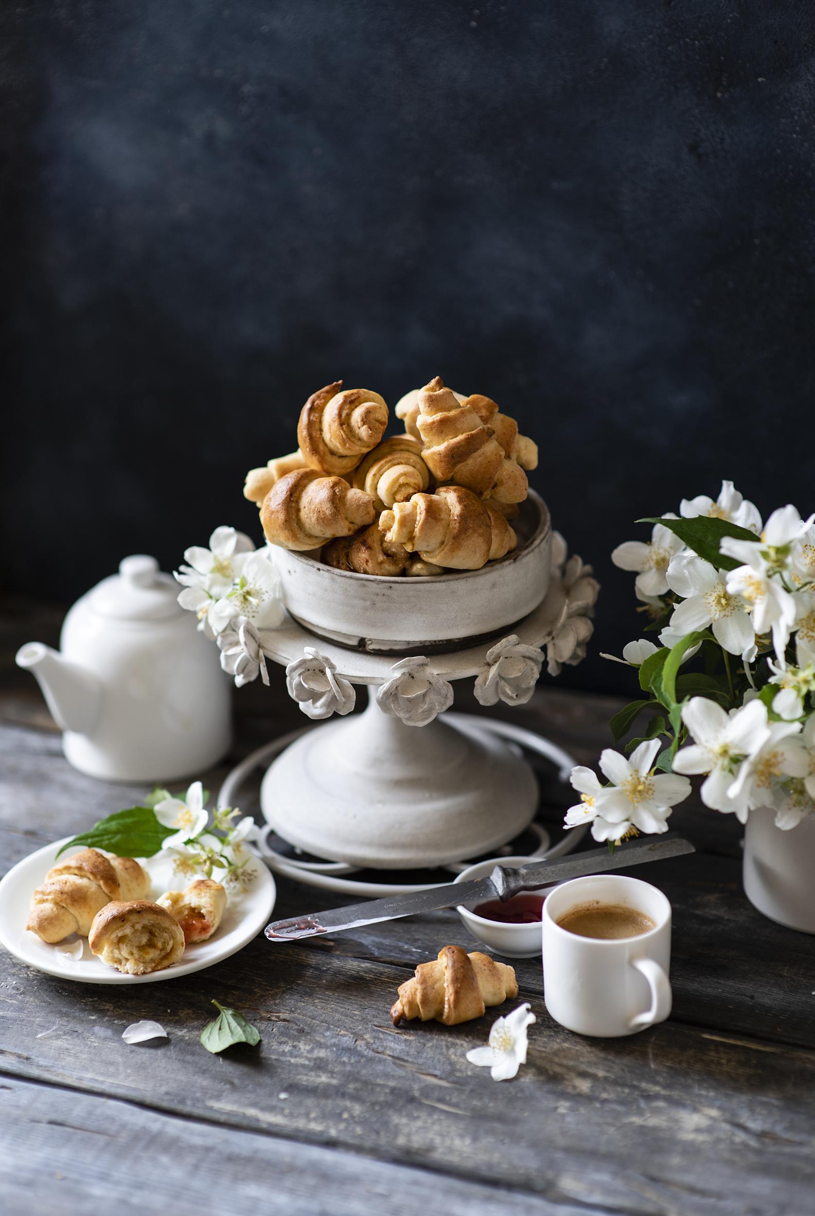 Skrivebordsbakgrunn Kaffe Croissant Mat Tekopp Treplanker  til Mobilen