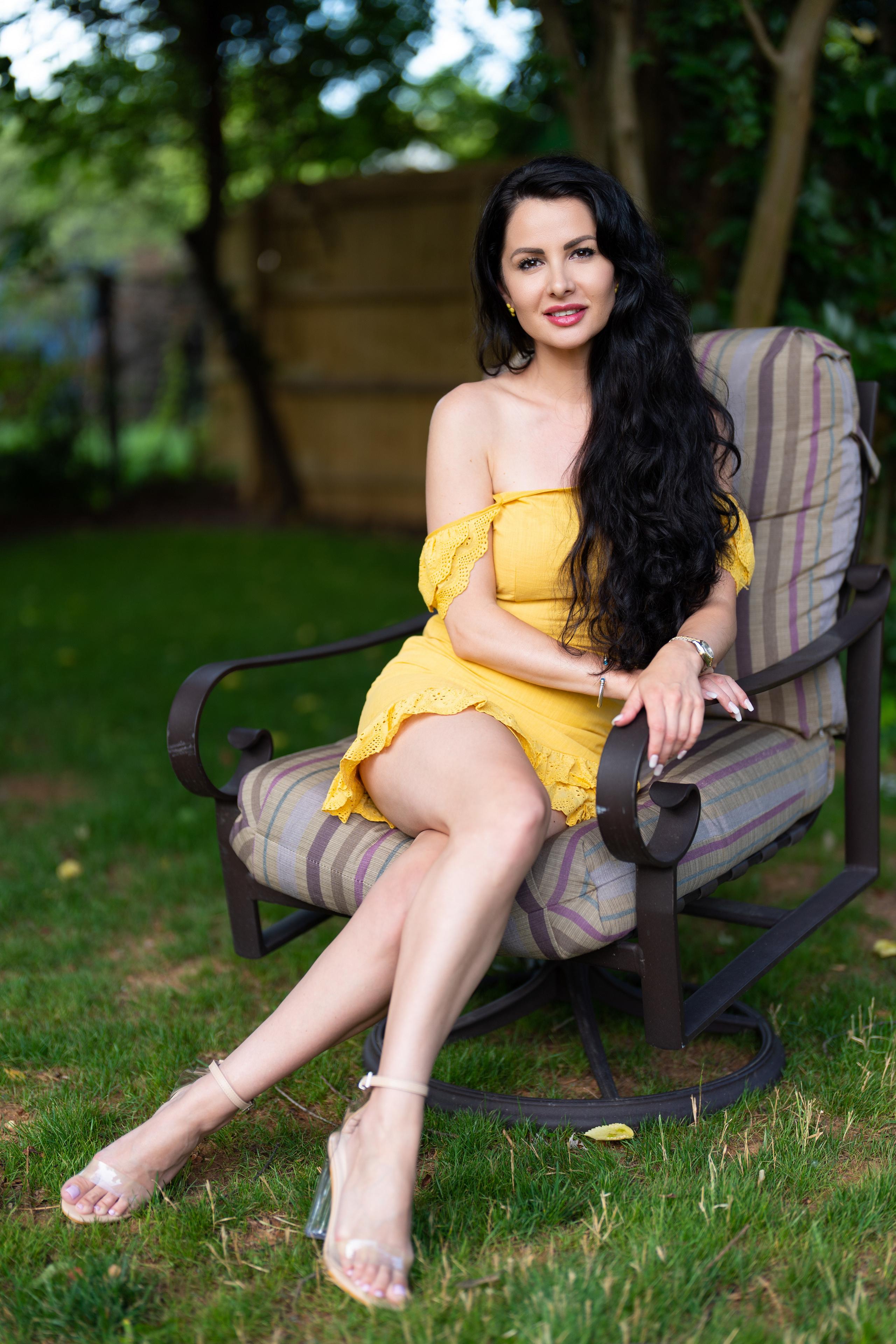 Fotos Victoria Bell Brünette junge Frauen Bein Sessel sitzen Blick 2560x3840 für Handy Mädchens junge frau sitzt Sitzend Starren