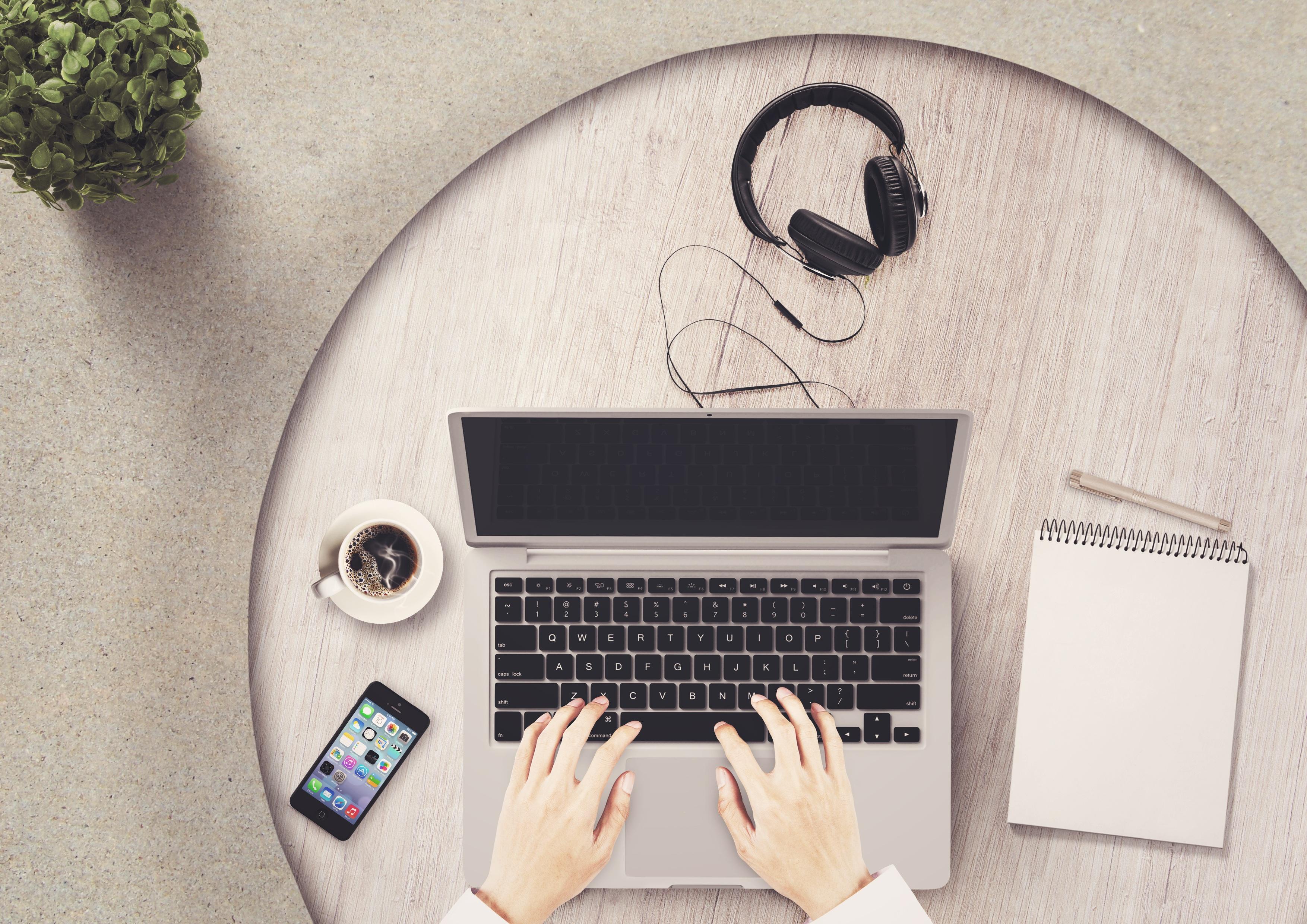 Bilder von Notebook Kopfhörer Notizblock smartphones Kaffee Hand Tasse Finger Computers Smartphone