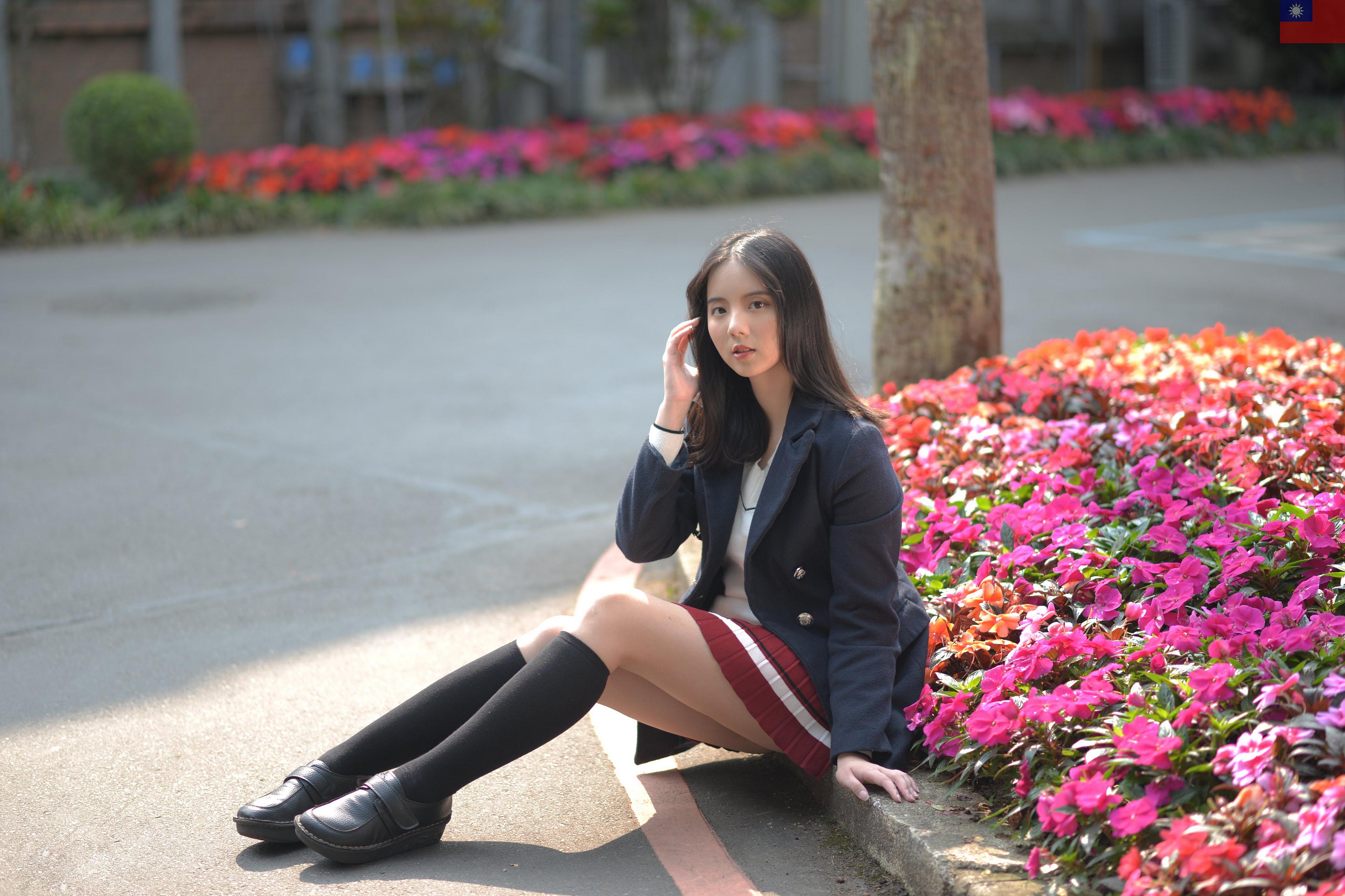 Bilder von Brünette Long Socken Mädchens Bein Asiatische sitzen Sakko Starren junge frau junge Frauen Asiaten asiatisches sitzt Sitzend Blick