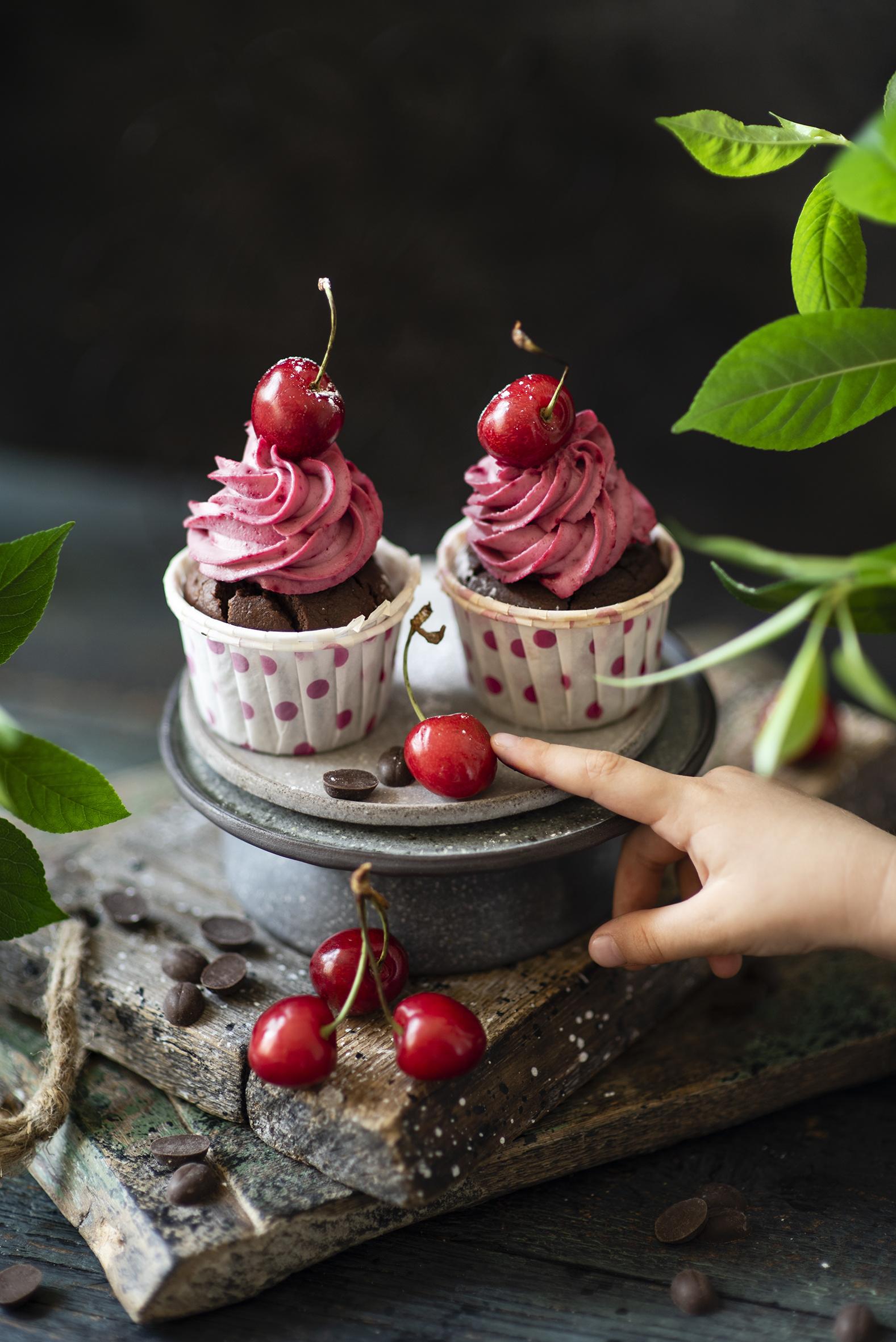 Afbeeldingen Twee 2 Cupcake Kers fruit spijs Planken  voor Mobiele telefoon Voedsel