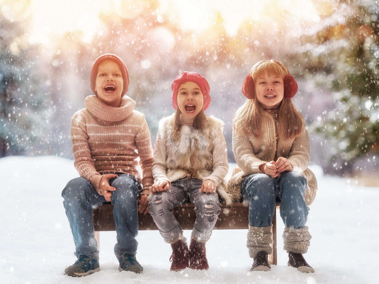 Fotos von Kleine Mädchen Junge Glücklich Kinder Winter Jeans Schnee Drei 3 Sitzend Freude