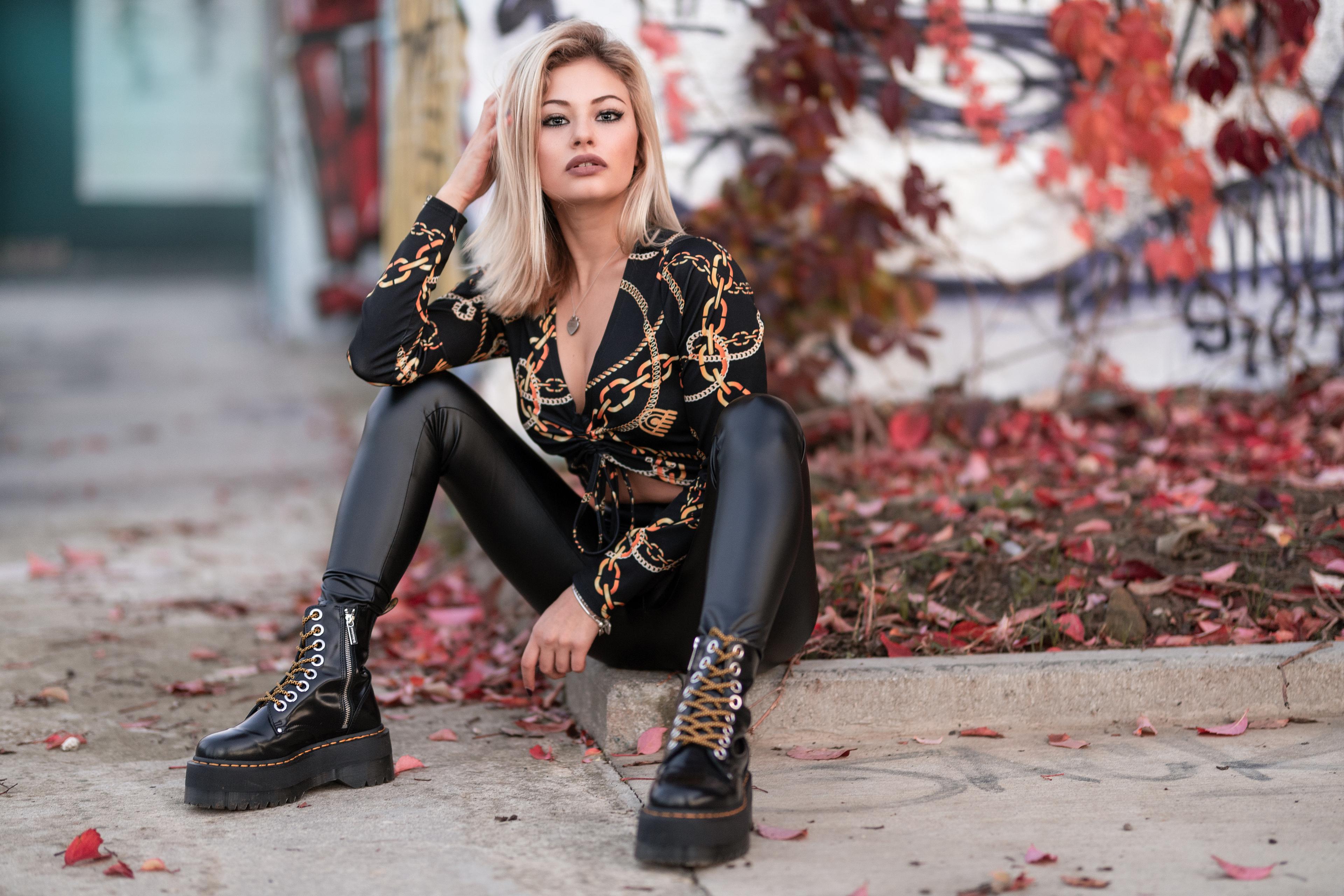 Foto Blondine Alessandra Bluse Boots junge frau Bein sitzen Starren Blond Mädchen Mädchens junge Frauen sitzt Sitzend Blick