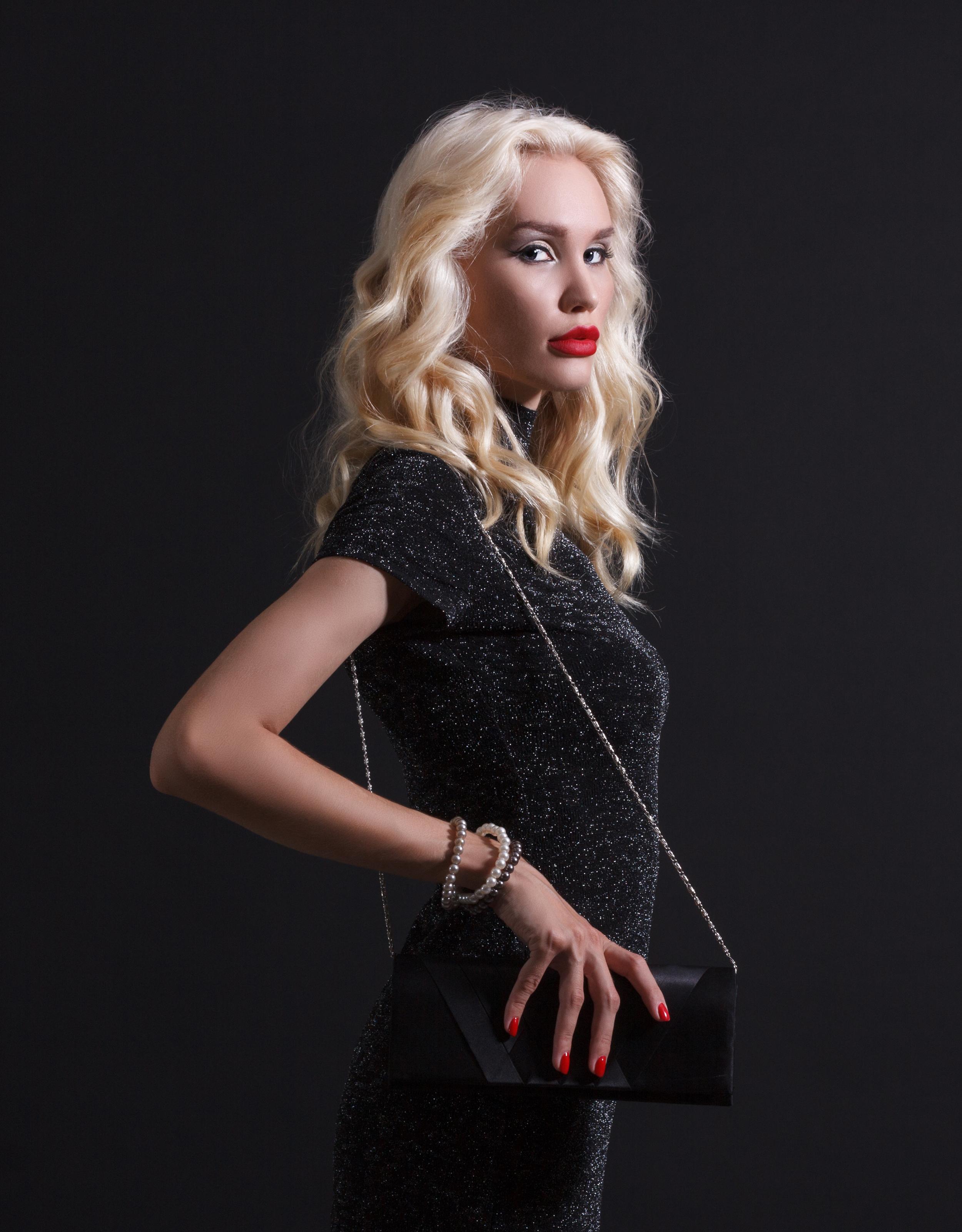 Bilder von Blond Mädchen Mädchens Handtasche Starren Kleid Blondine Blick