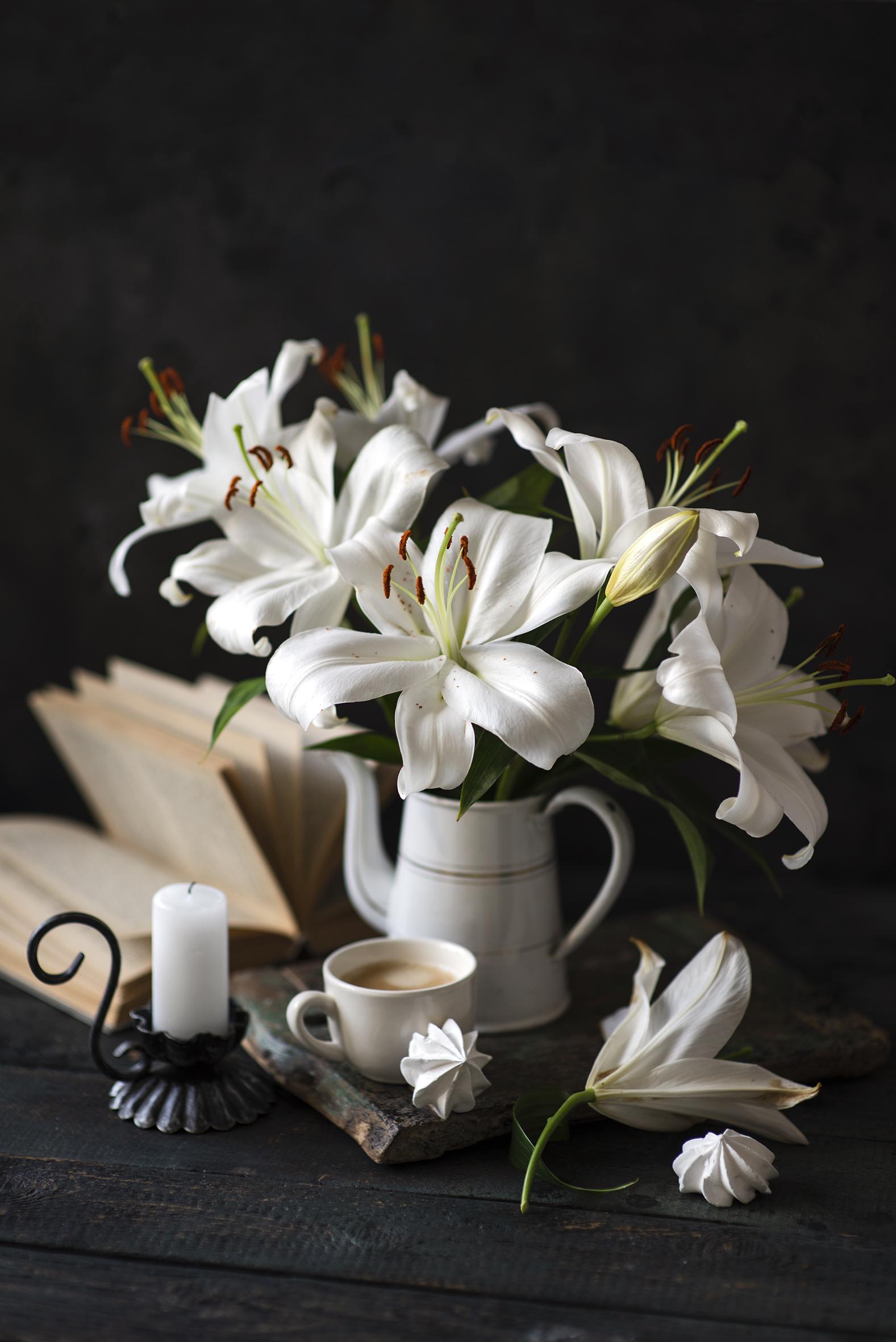 Natureza-morta Lírio Velas Café Zefir Cappuccino Tábuas de madeira Vaso Branco Chávena comida, flor Flores Alimentos para celular Telemóvel