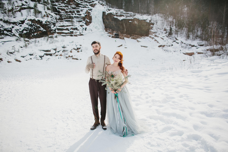 Fotos Bräutigam Brautpaar Sträuße Liebe Winter Mädchens Kleid