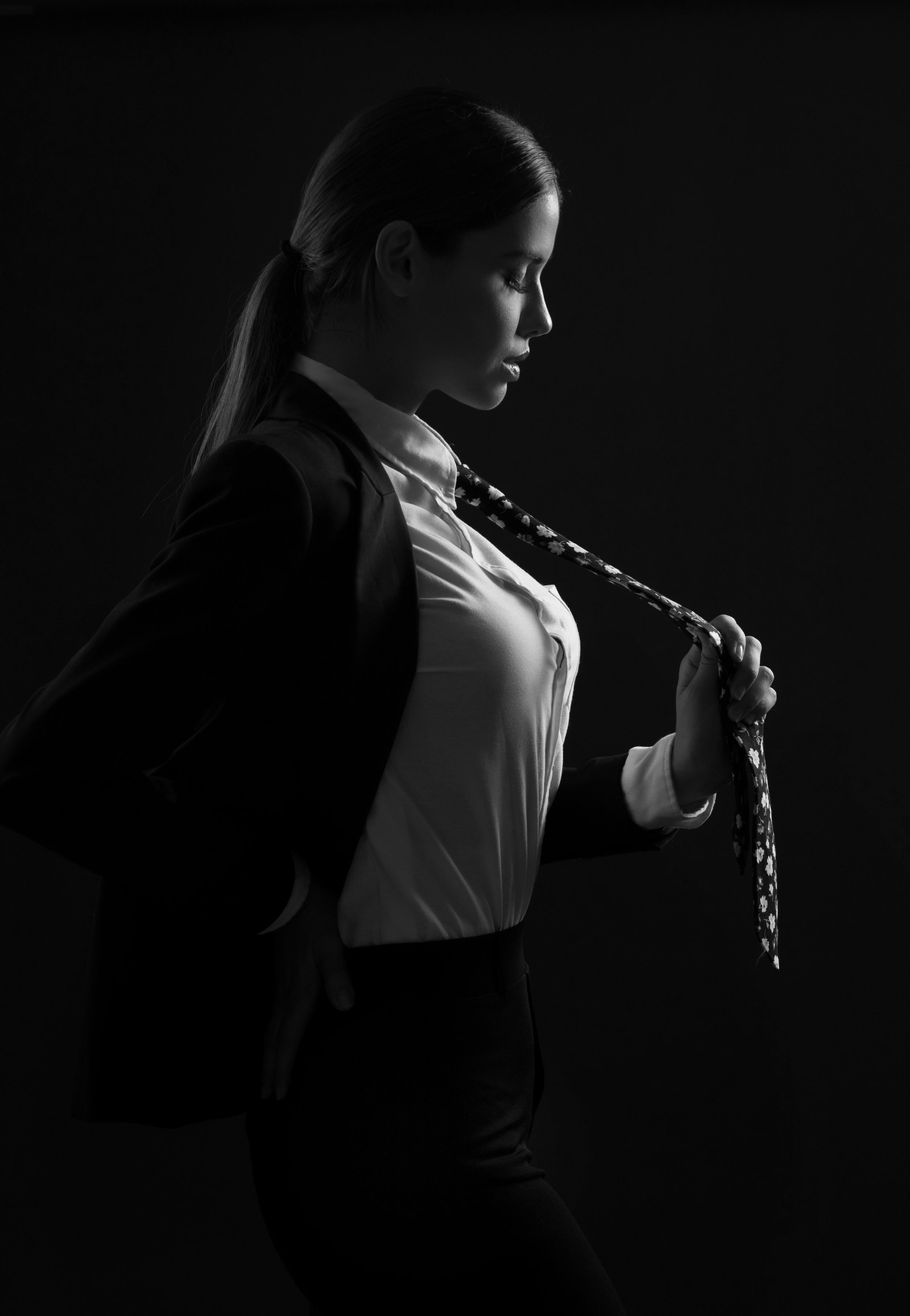Foto Karol Stropdas Jonge vrouwen Kostuum zwart witte Zijaanzicht 2489x3600 voor Mobiele telefoon jonge vrouw Zwart wit Pak (kleding)