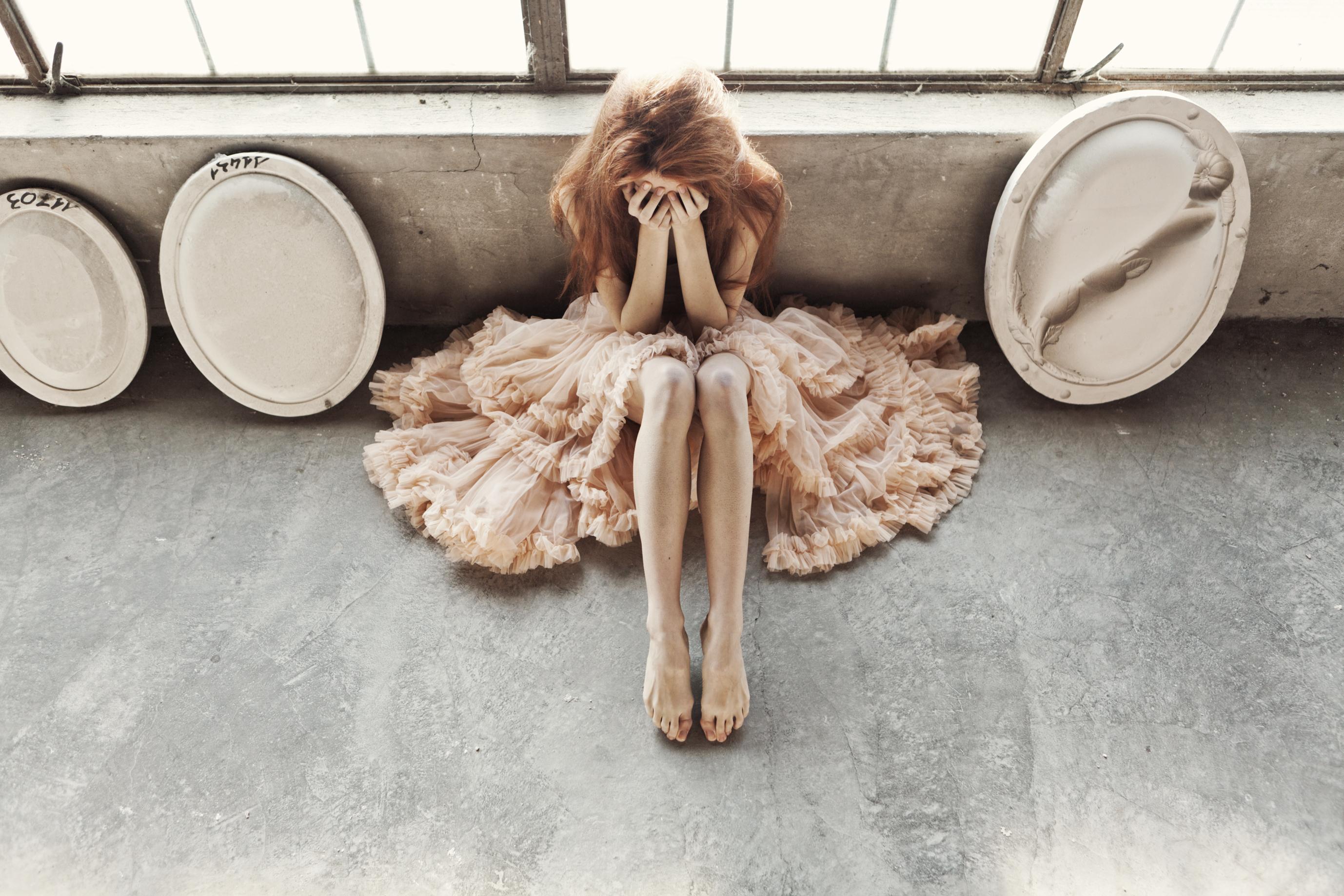 Immagini Ragazza capelli castani ragazza Le gambe seduta Vestito 2756x1837 Ragazze giovane donna giovani donne Seduto sedute Abito