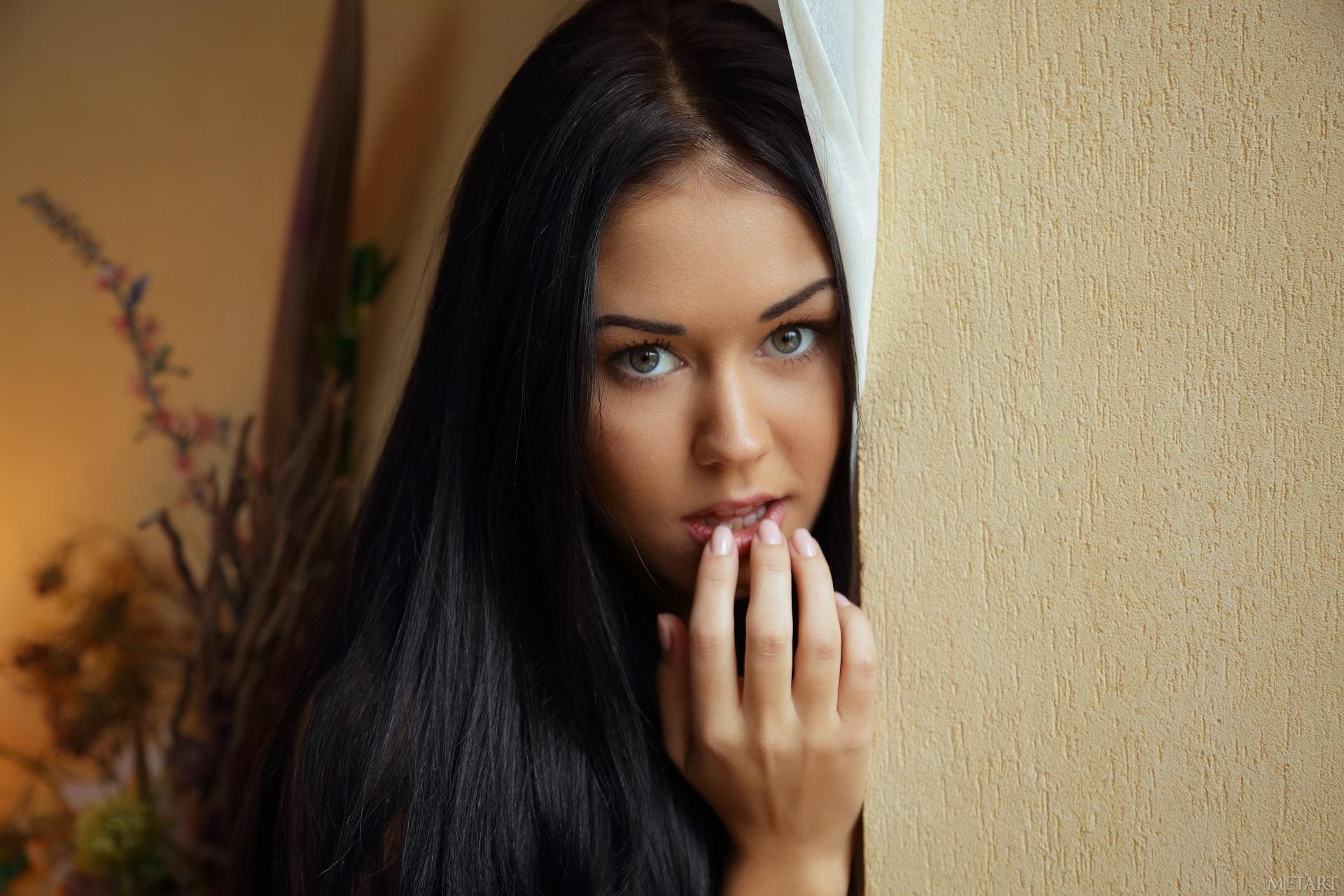 симпатичные девушки дома сайт содержит