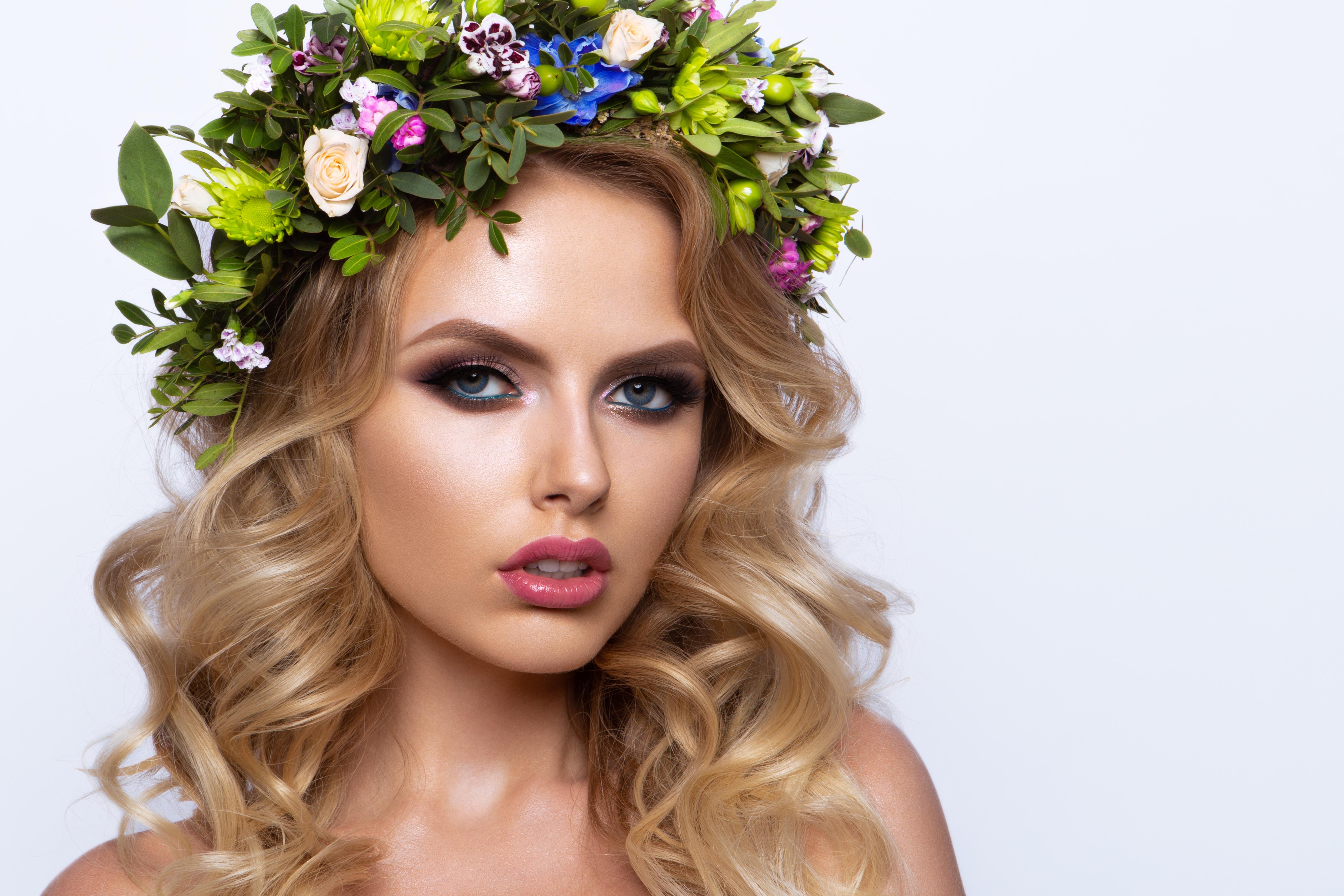 Fotos Blondine Model Make Up hübsche Frisur Haar Kranz junge Frauen Starren Weißer hintergrund Blond Mädchen Schminke Schön schöne hübsch schöner schönes hübscher Frisuren Mädchens junge frau Blick