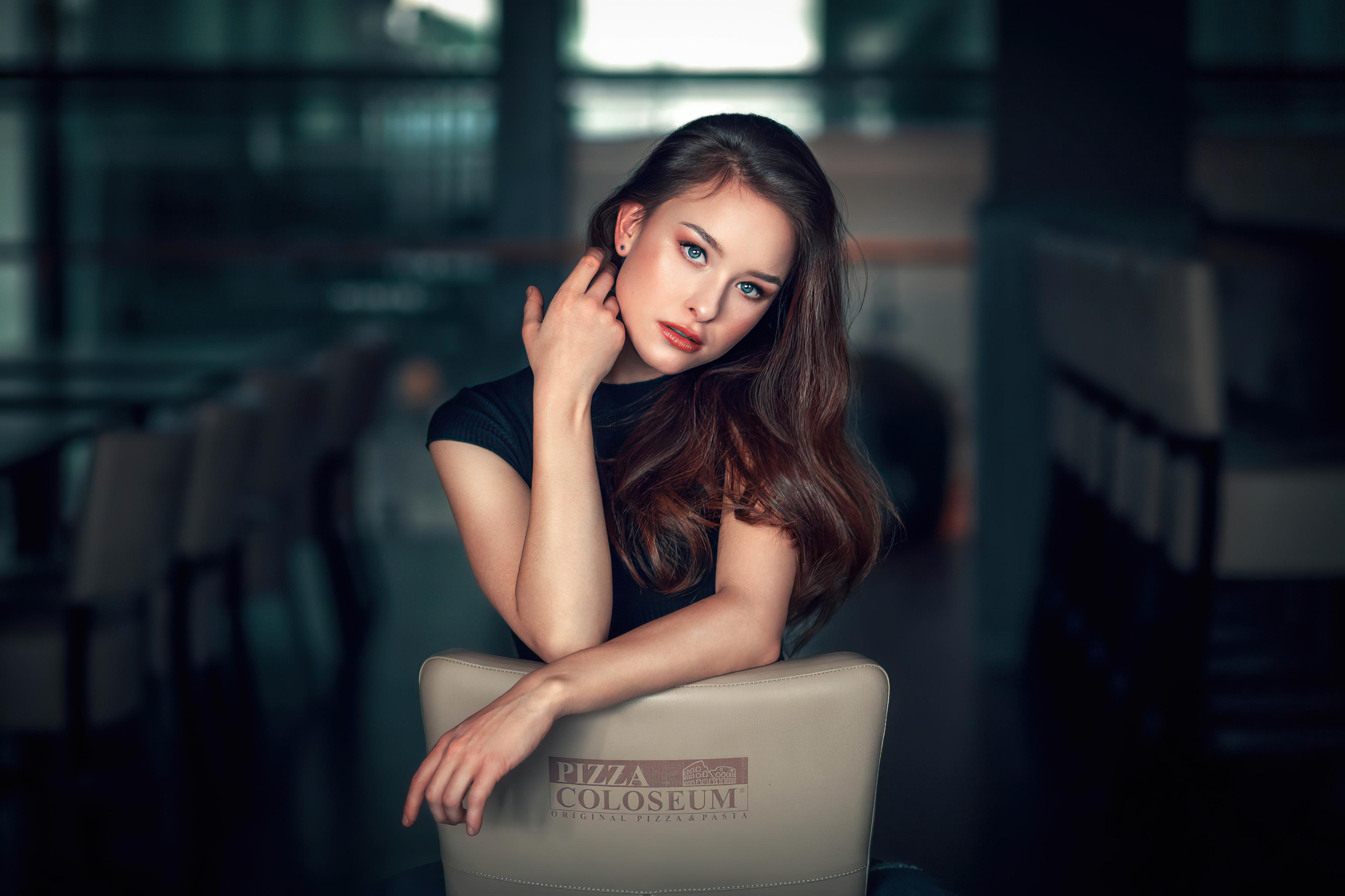 Фотография брюнетки Размытый фон девушка рука Взгляд 3840x2560 Брюнетка брюнеток боке Девушки молодая женщина молодые женщины Руки смотрит смотрят