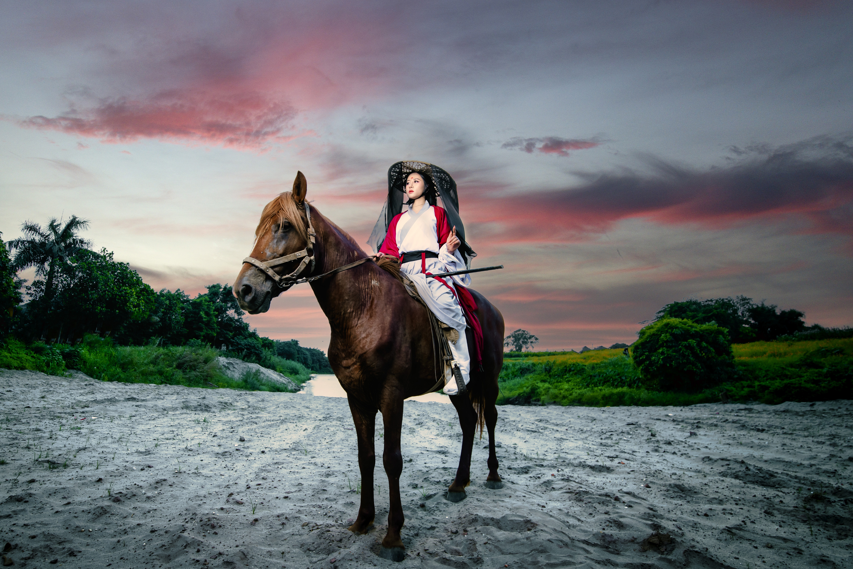 Фотографии лошадь брюнеток Девушки азиатка сидя униформе Лошади брюнетки Брюнетка девушка молодая женщина молодые женщины Азиаты азиатки Сидит сидящие Униформа