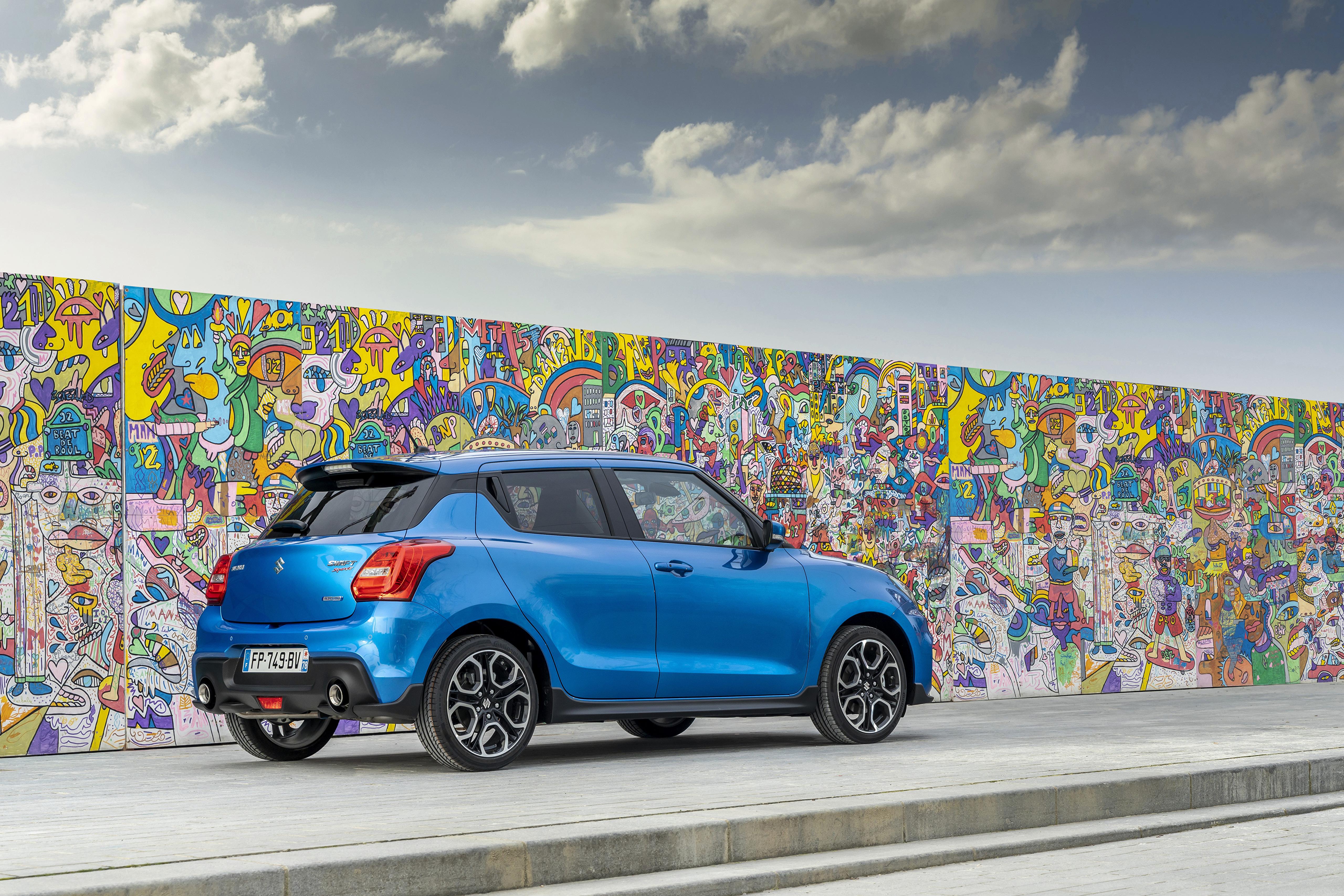 壁紙 51x3413 スズキ 自動車 落書き Swift Sport Hybrid 空色 メタリック塗 壁 自動車 ダウンロード 写真