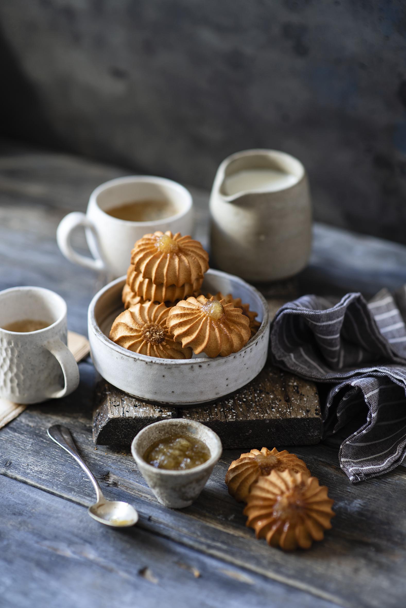 Fotos von Cappuccino Kekse Becher Löffel das Essen Bretter  für Handy Lebensmittel