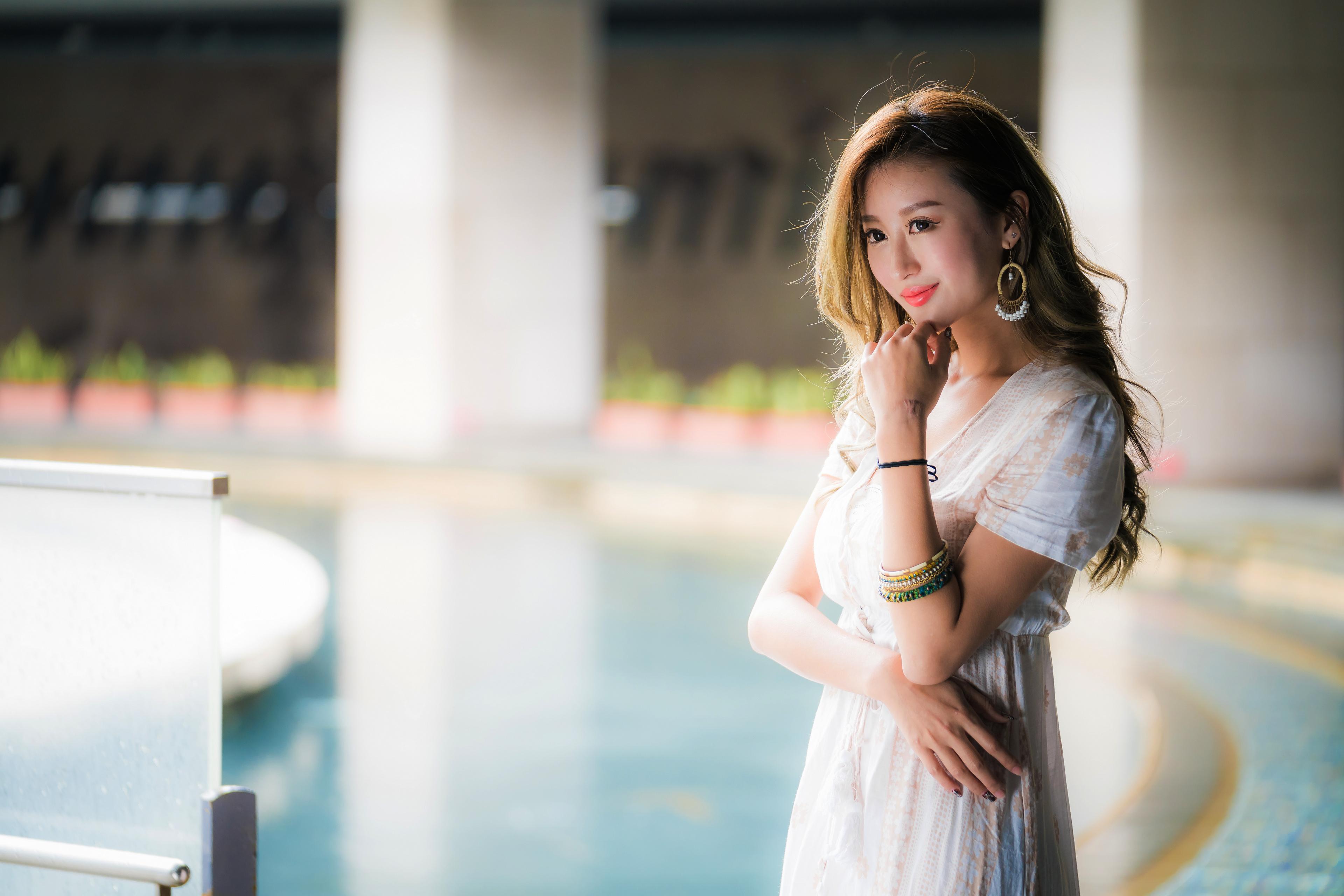 Bilder Lächeln unscharfer Hintergrund Mädchens Asiaten Hand Starren Bokeh junge frau junge Frauen Asiatische asiatisches Blick