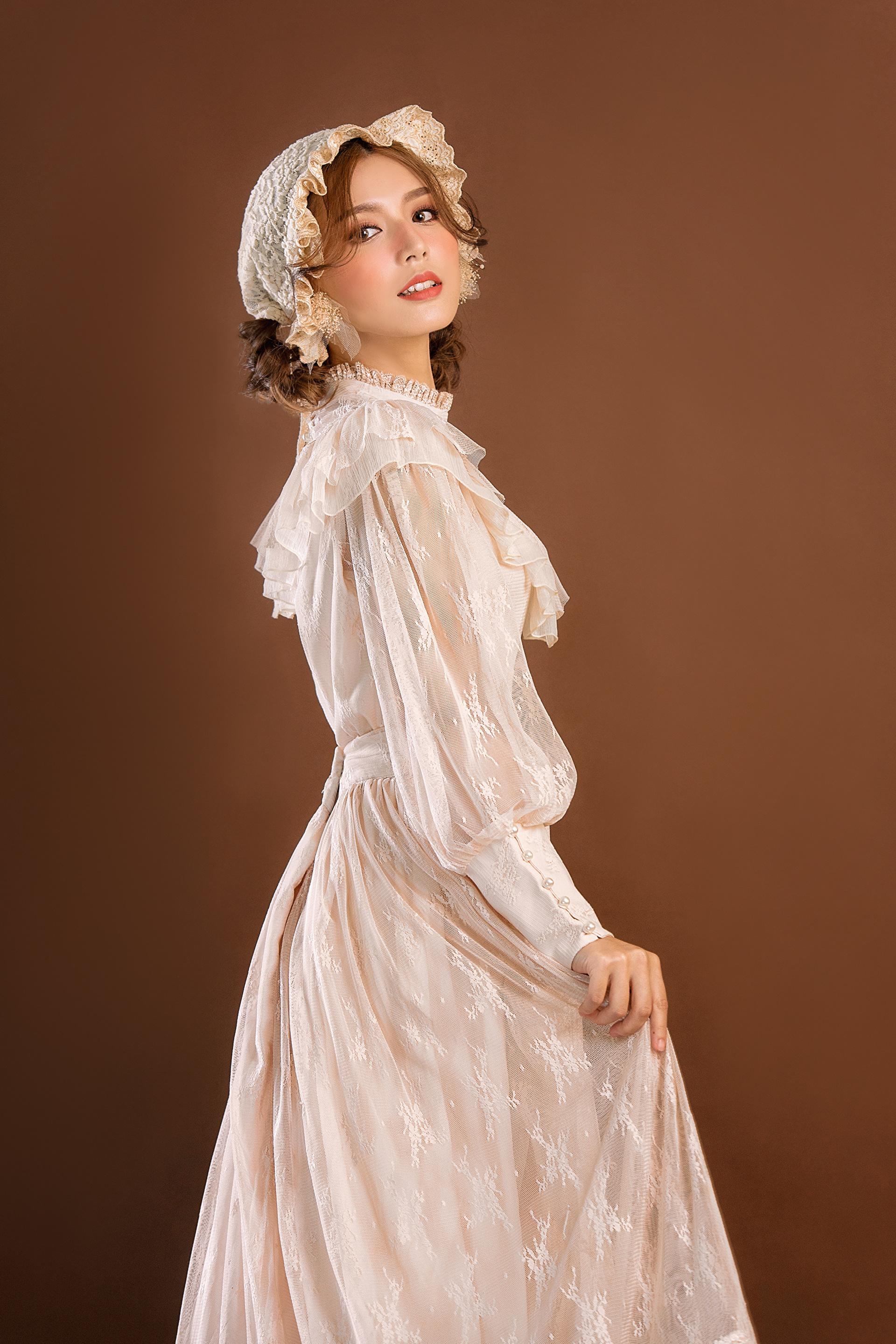 Fotos Retro Mädchens Asiatische Starren Kleid 1920x2880 für Handy antik junge frau junge Frauen Asiaten asiatisches Blick