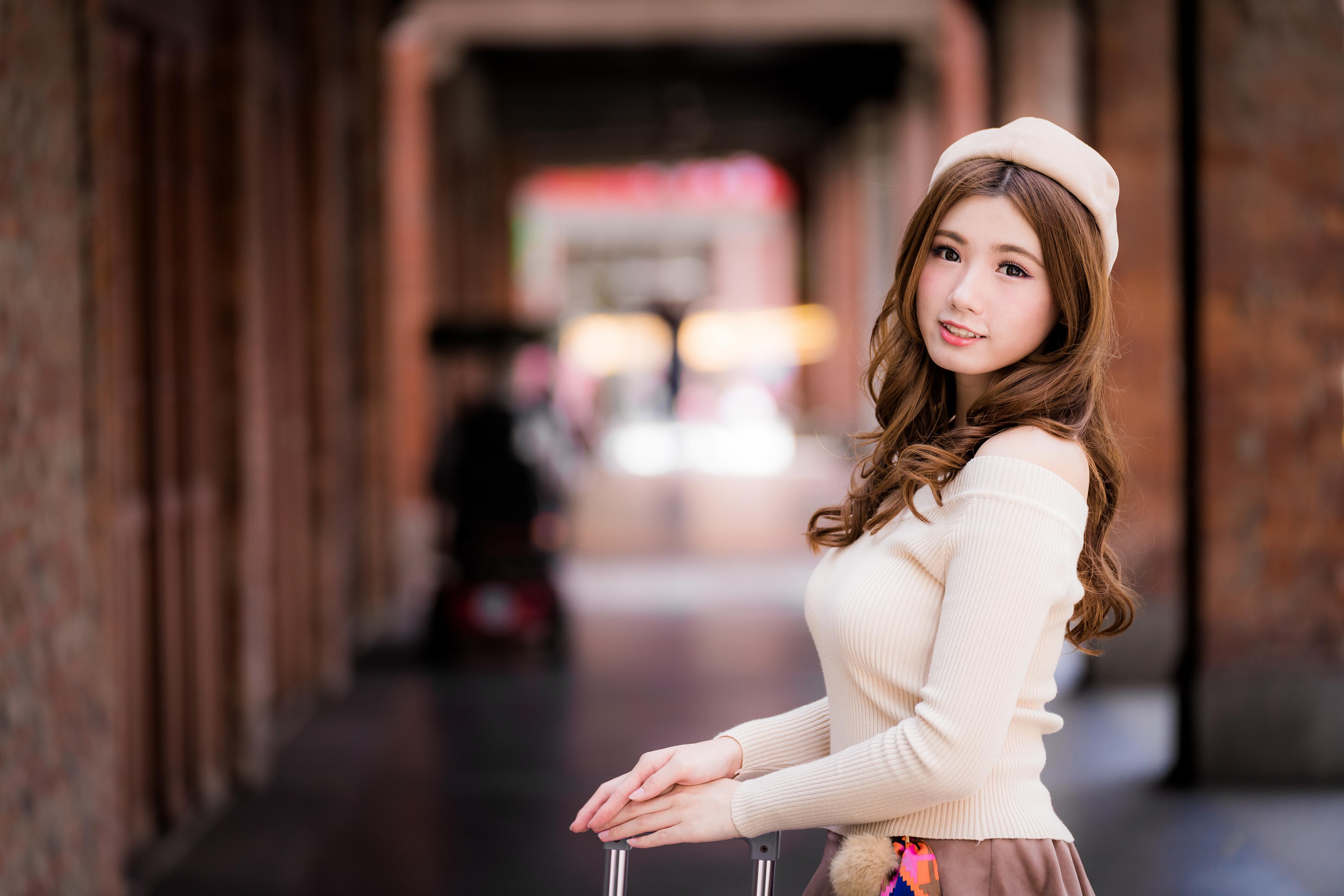 Fotos Braune Haare Bokeh Schön Barett junge frau Asiatische Blick Braunhaarige unscharfer Hintergrund hübsch schöne hübsche schöner schönes hübscher Mädchens junge Frauen Asiaten asiatisches Starren