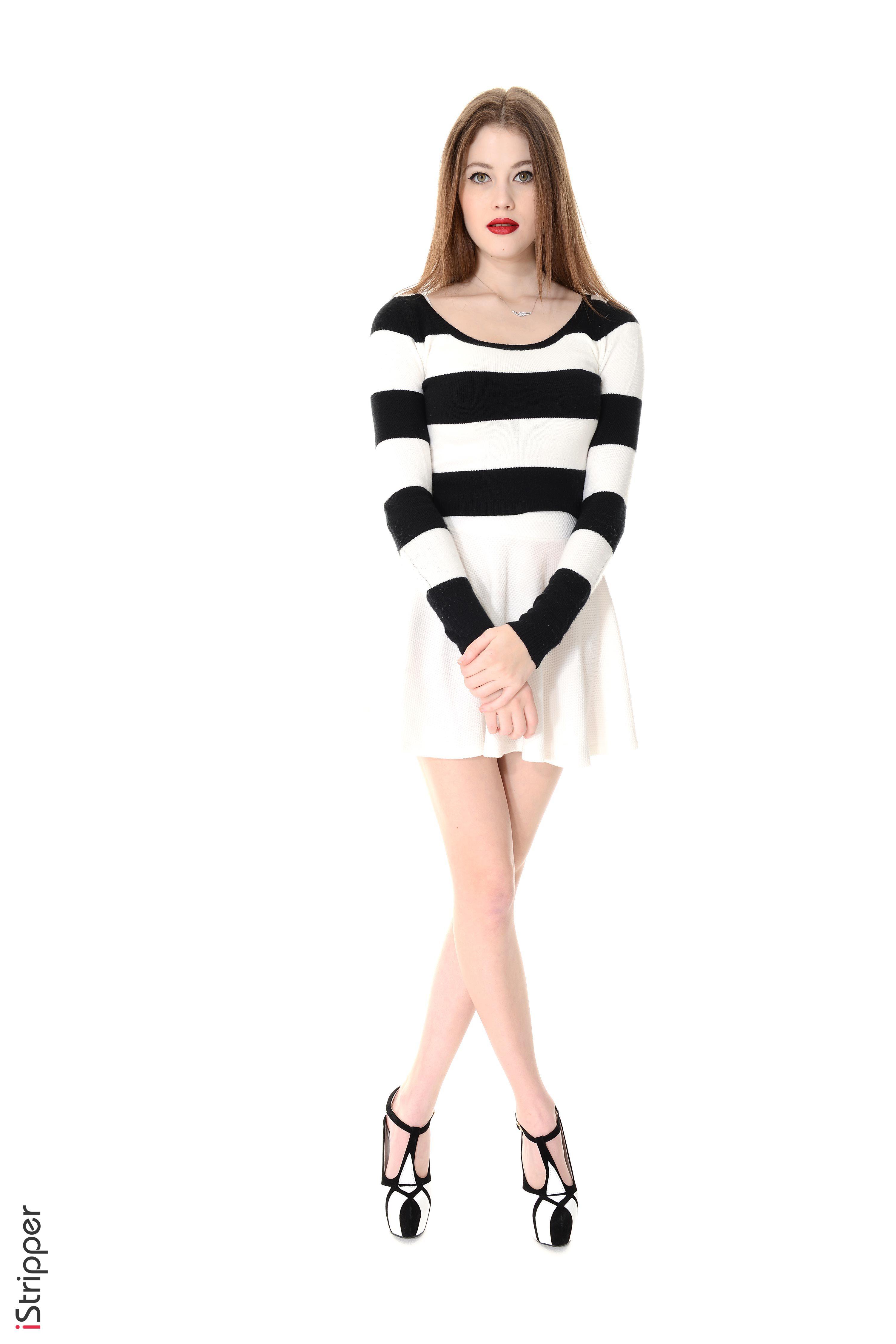 Fotos von Heidi Romanova Braune Haare iStripper junge frau Bein Strips Weißer hintergrund Kleid Stöckelschuh  für Handy Braunhaarige Mädchens junge Frauen High Heels