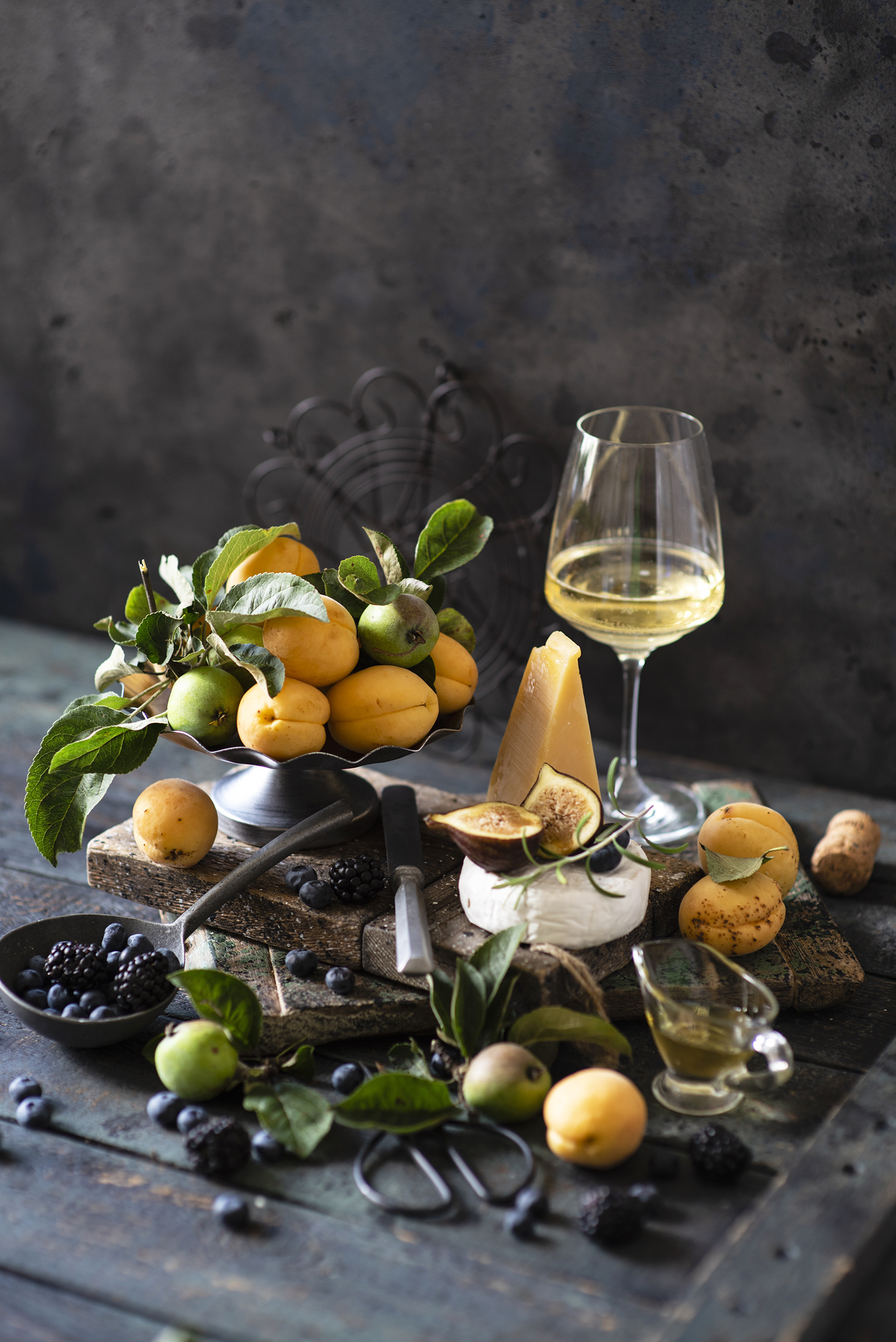 Images Wine Apricot ficus carica Cheese Apples Blackberry Blueberries Food Stemware boards  for Mobile phone figs Common fig Wood planks