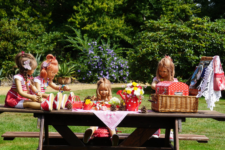 Foto Kleine Mädchen Deutschland Puppe Grugapark Essen Sträuße Natur Park Weidenkorb Blumensträuße Parks