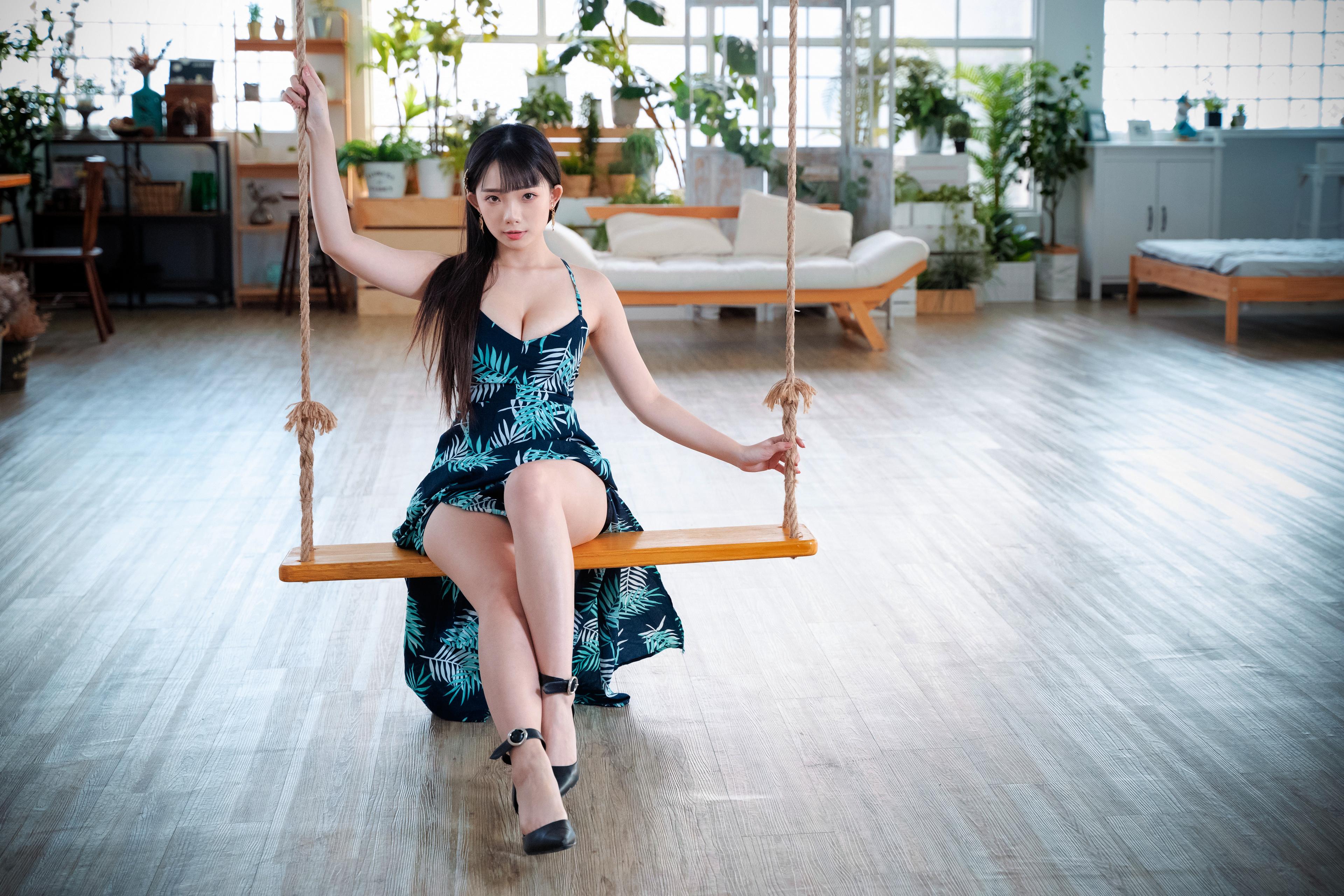 Картинки Брюнетка Качели Девушки Ноги азиатки смотрят платья брюнетки брюнеток качелях девушка молодая женщина молодые женщины ног Азиаты азиатка Взгляд смотрит Платье