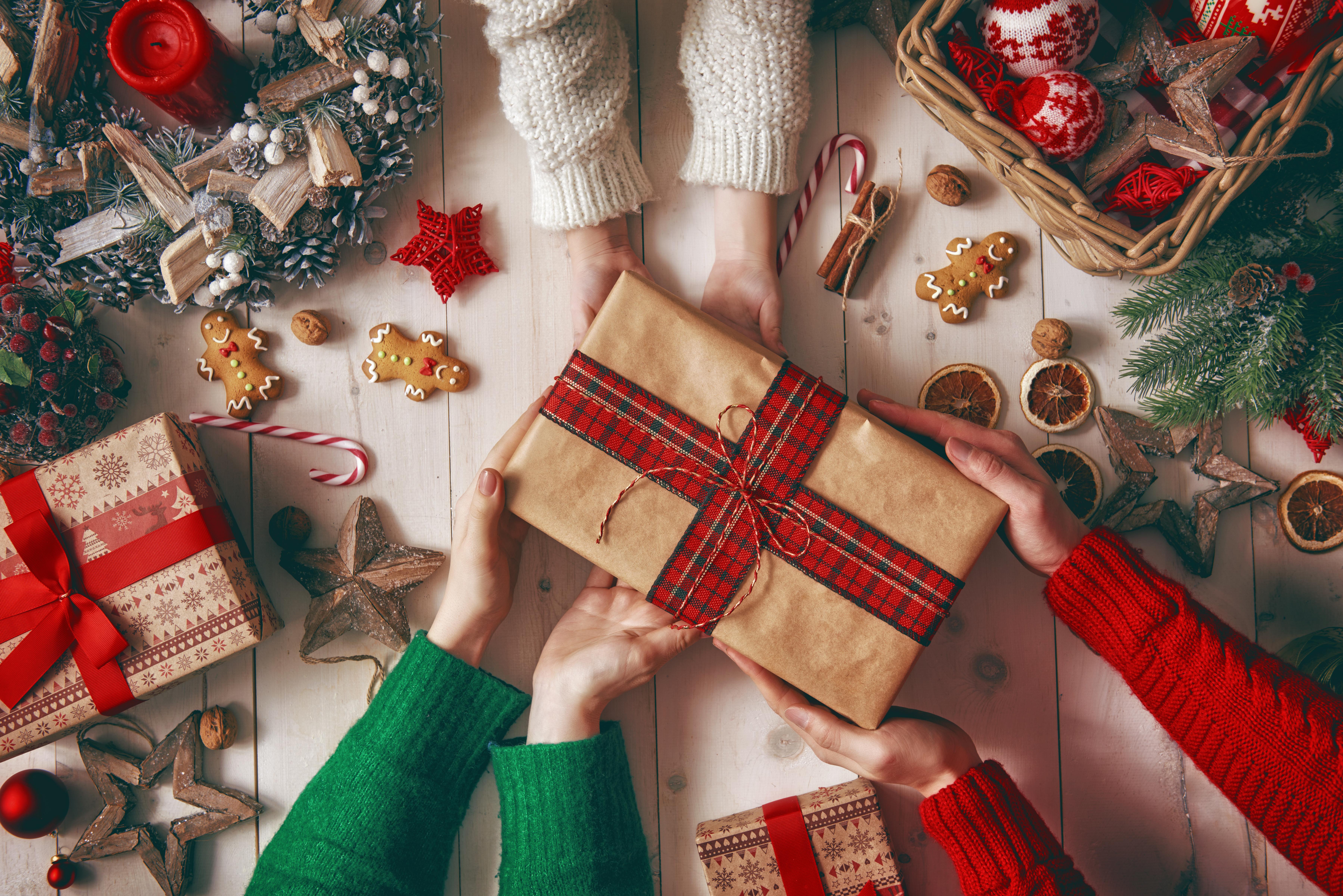 Hintergrundbilder Neujahr Stern-Dekoration Zimt Geschenke Hand Kekse Kerzen