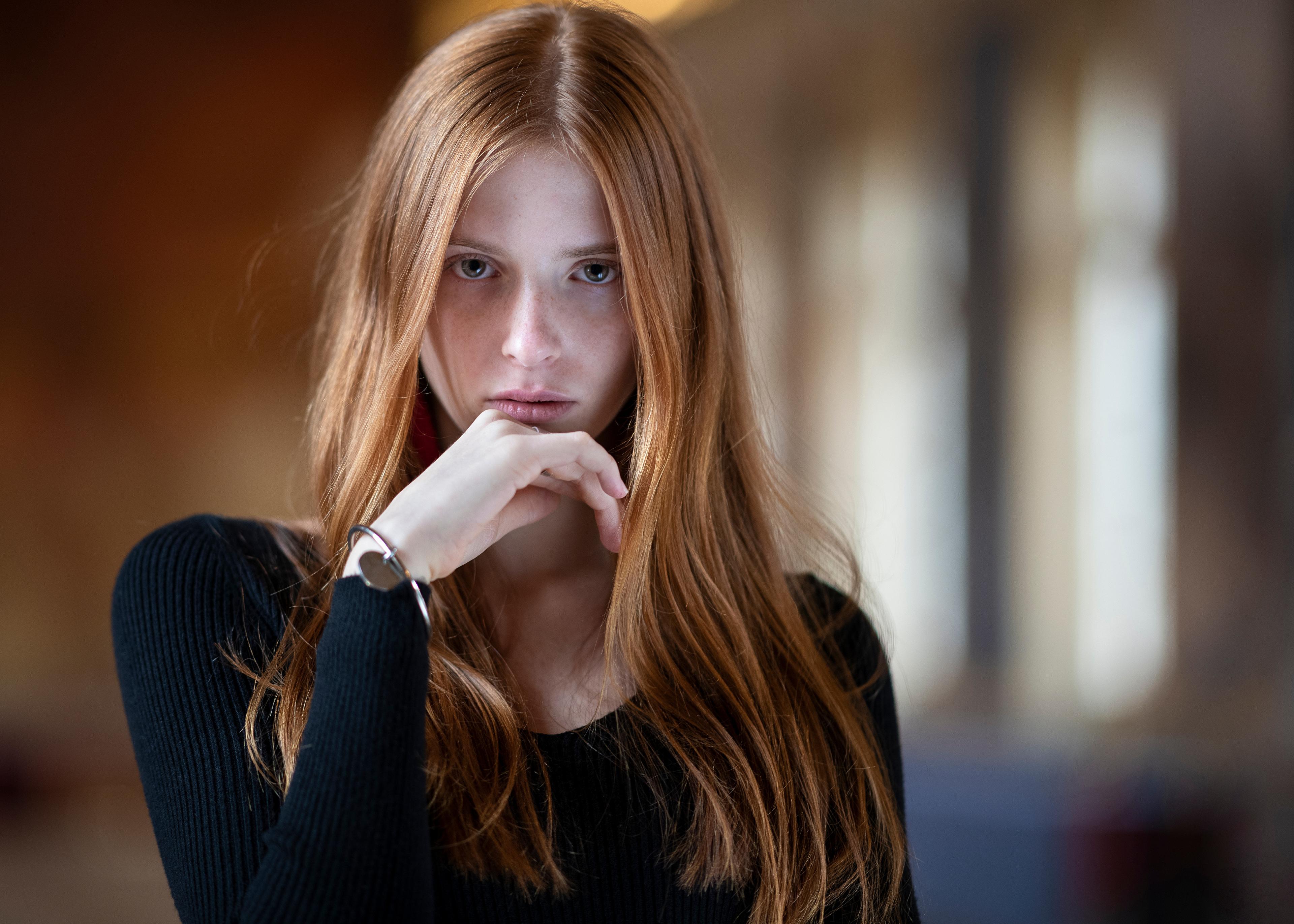 Bilder von Braunhaarige unscharfer Hintergrund Haar junge Frauen Hand Starren Braune Haare Bokeh Mädchens junge frau Blick