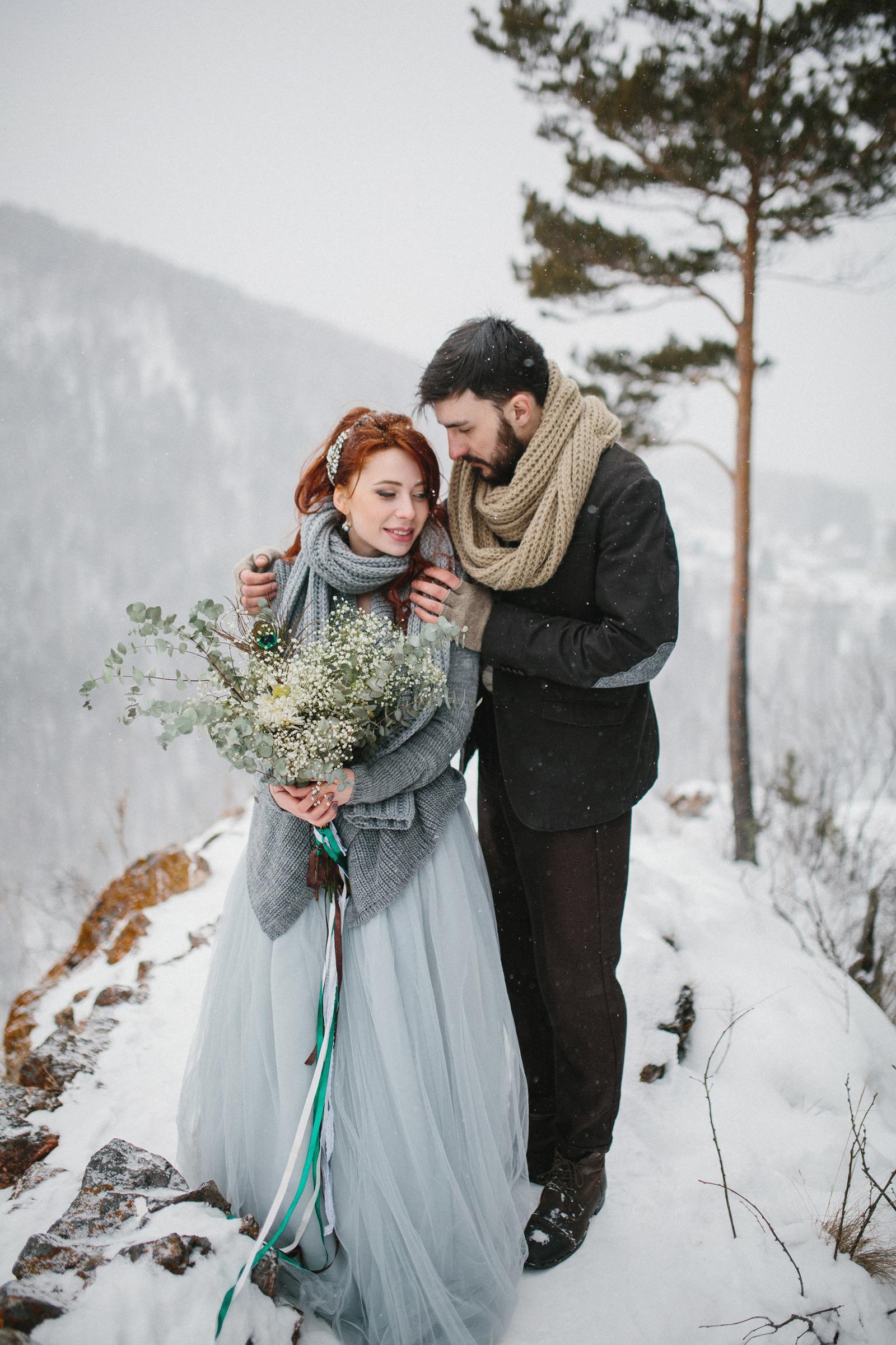 Bilder von Bräutigam Brautpaar Sträuße Zwei Liebe Winter Umarmung Mädchens Schnee 2
