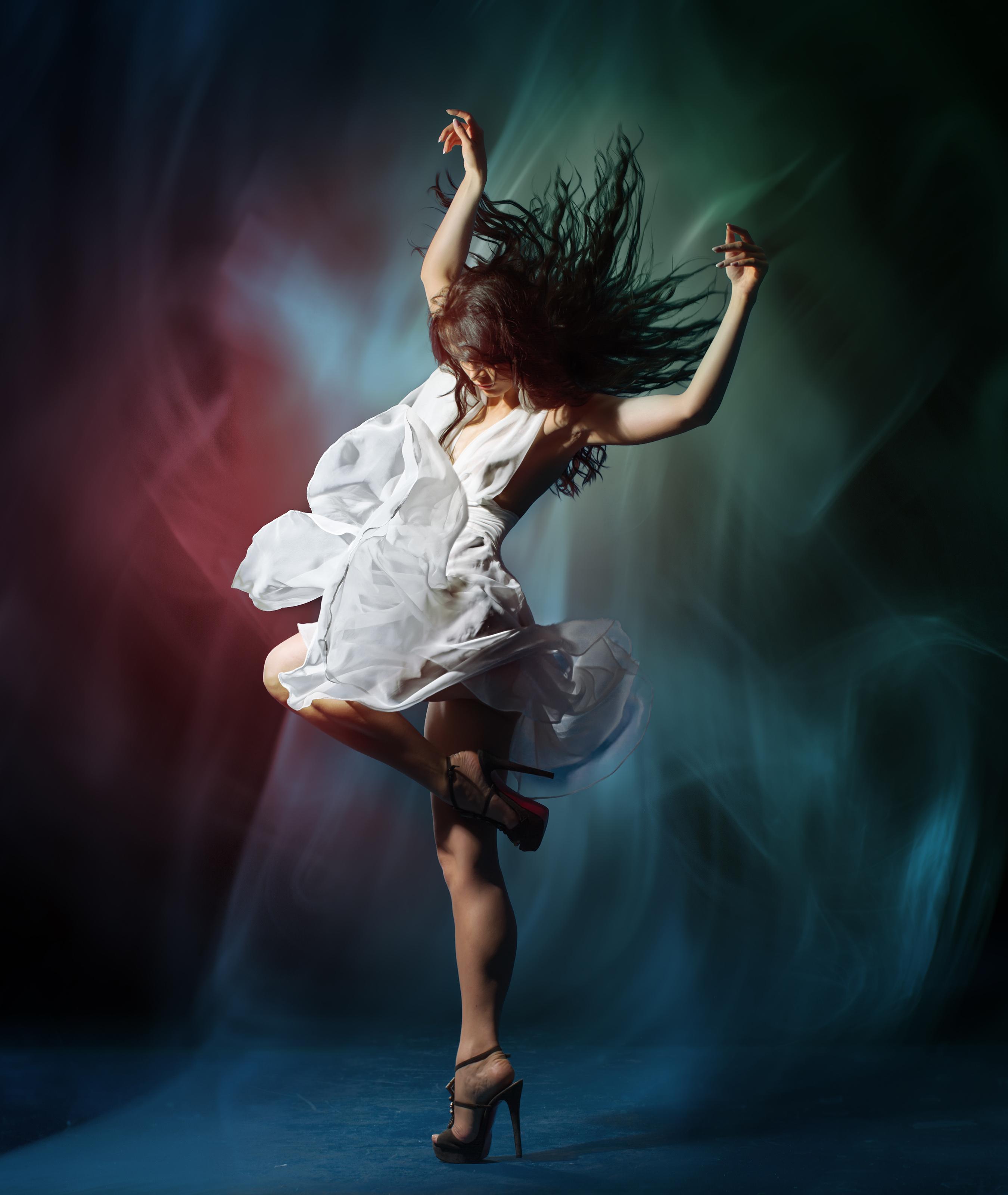 Fotos Braunhaarige Tanzen Mädchens Hand Kleid 2700x3200 Braune Haare Tanz