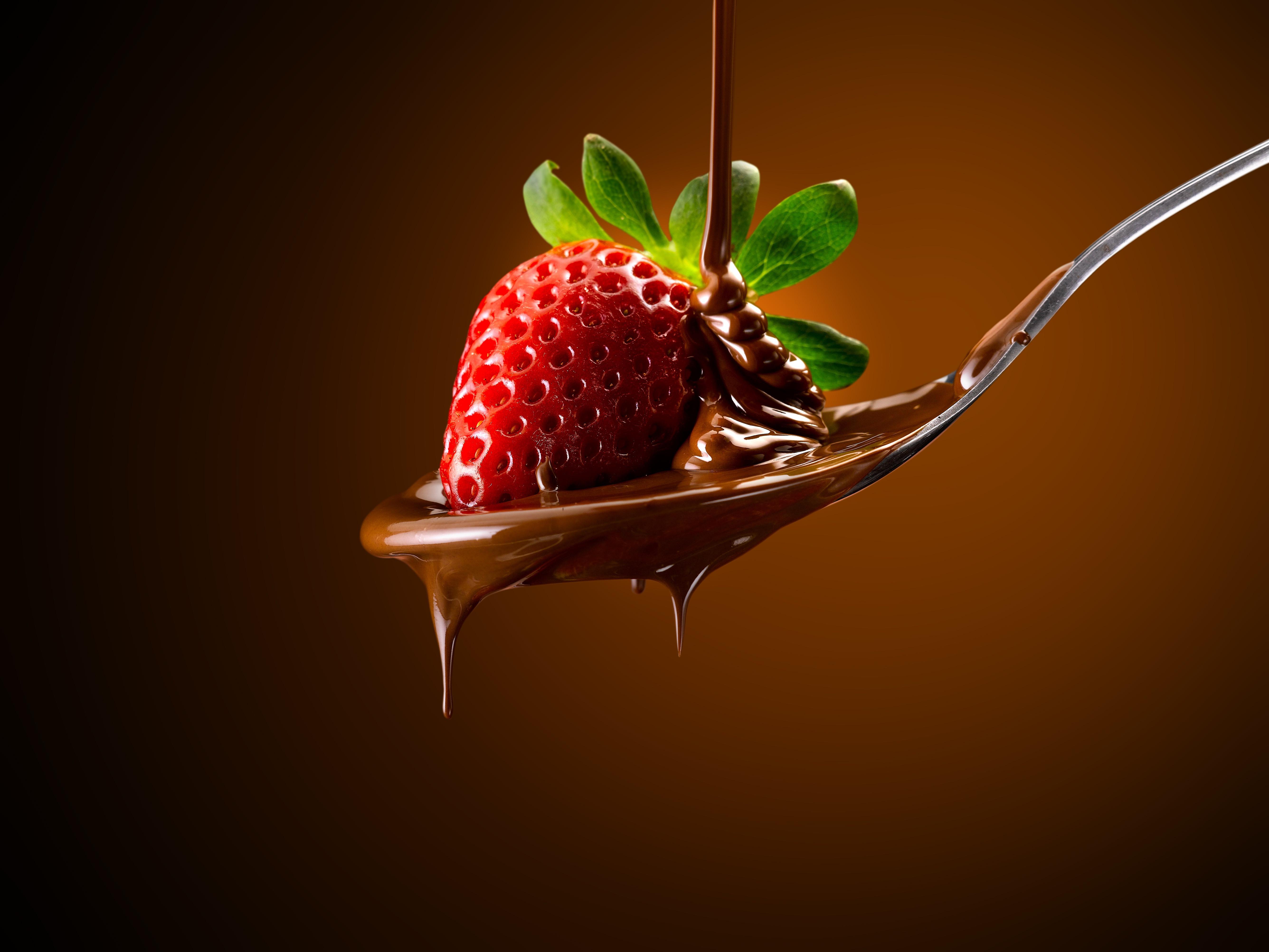 Fotos Schokolade Erdbeeren Löffel das Essen Farbigen hintergrund 5344x4008 Lebensmittel